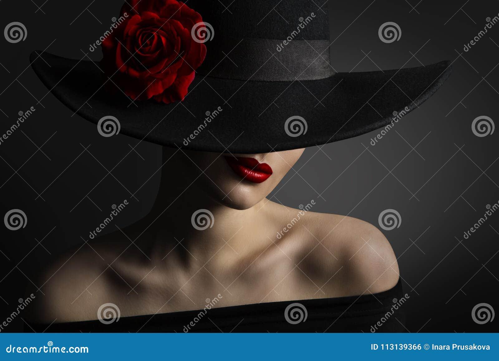 Labios y Rose Flower rojos de la mujer en el sombrero negro, modelo de moda de la belleza