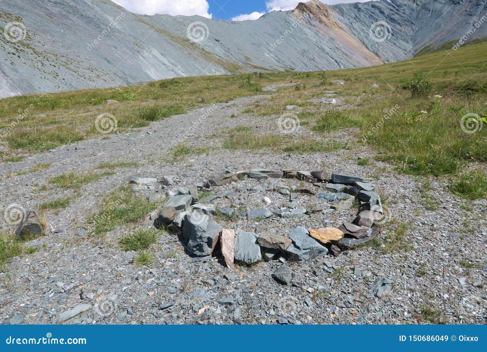 Labirinto de pedra antigo Vale da montanha de Yarloo com monumentos de pedra Montanhas de Altai sib?ria R?ssia