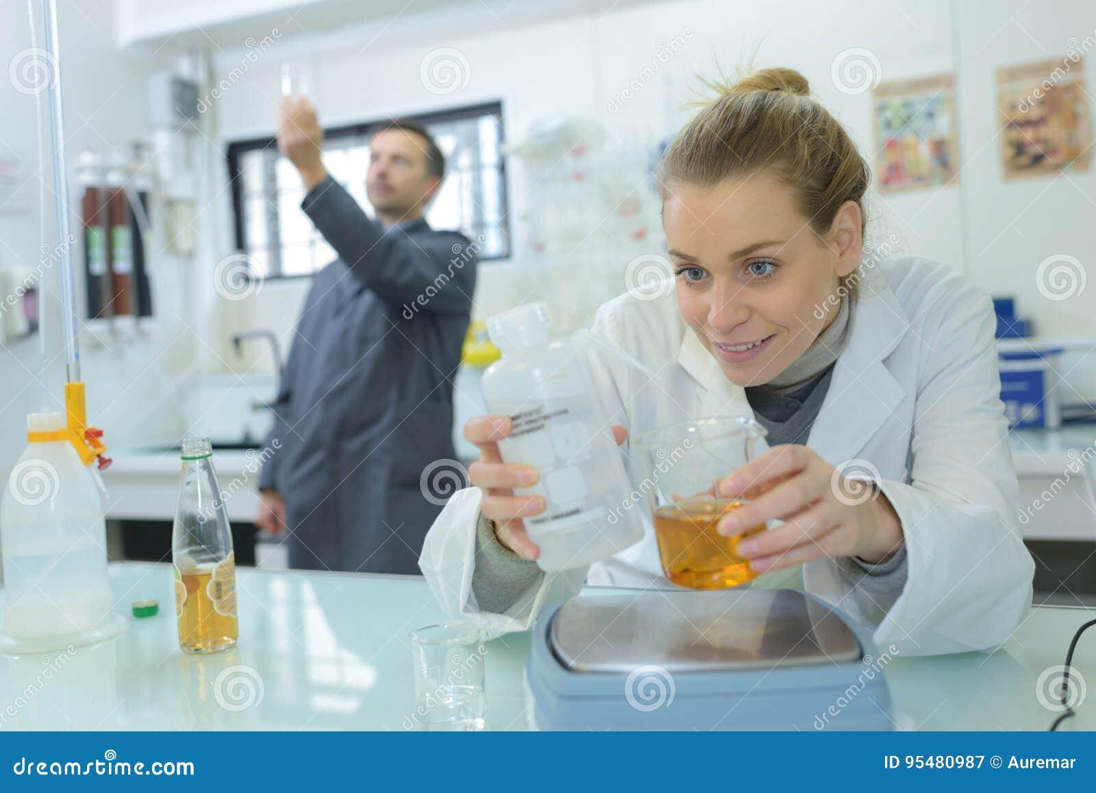 Laborancki asystent analizuje ciecz