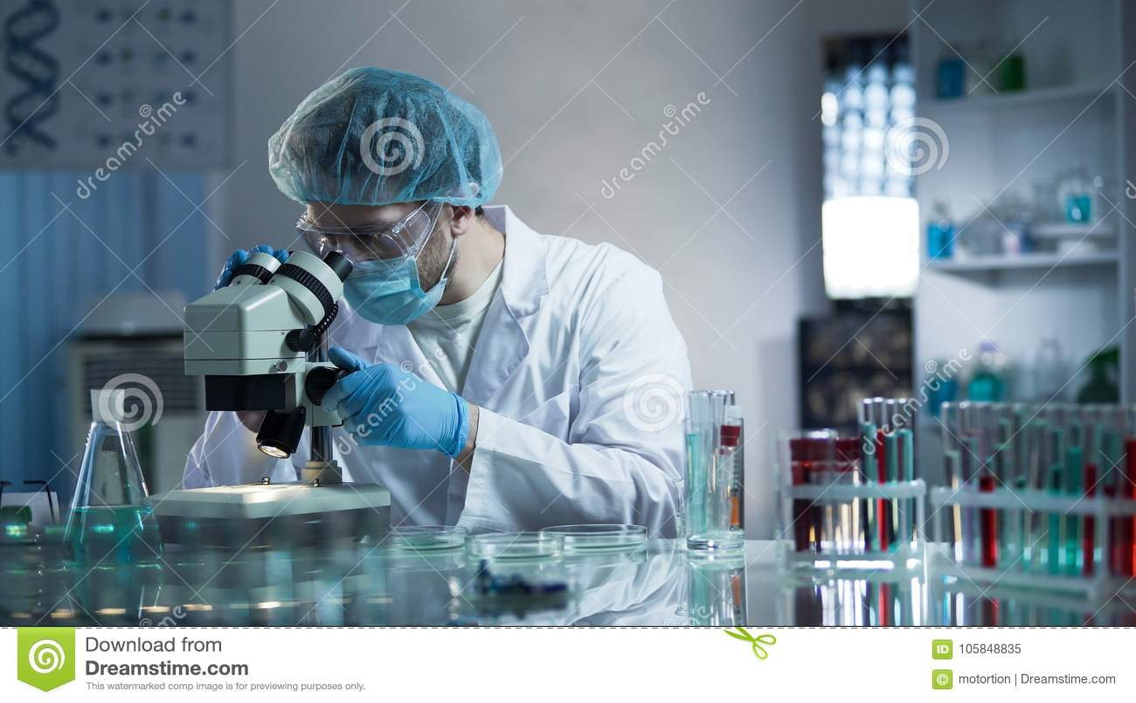 Laborancki pracownik ostrożnie bada próbki wykrywać chroniczne patologie