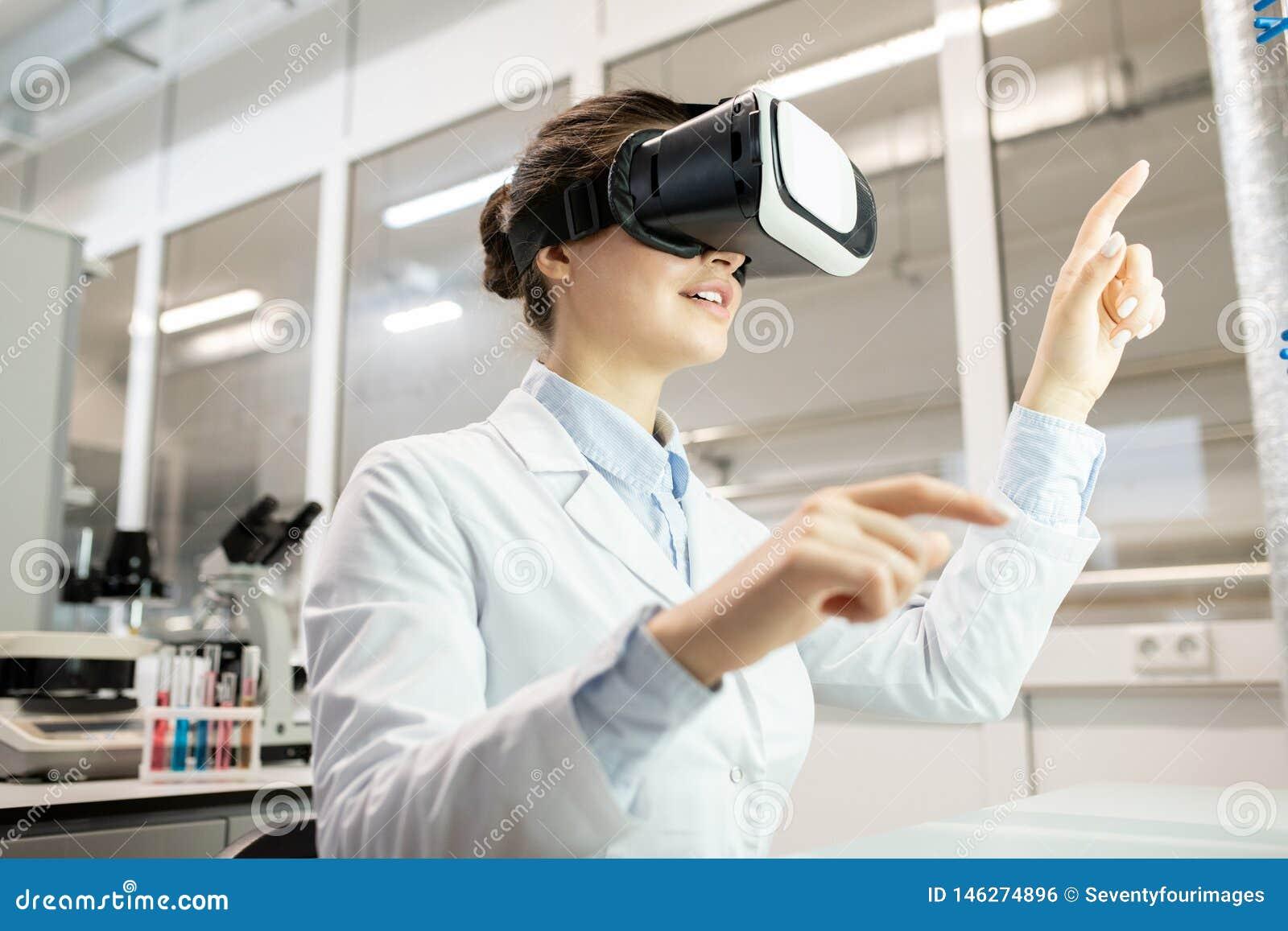 Laboranckiego pracownika dopatrywania wideo na VR przyrządzie