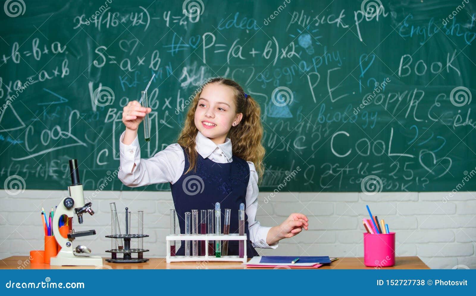Laboratorio futuro di School del microbiologo Esperimento astuto della scuola di comportamento dello studente della ragazza Prodo