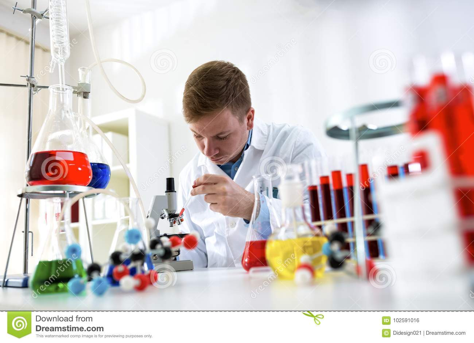 Laboratoriumarbeider die geconcentreerde onderzoek chemische test doen