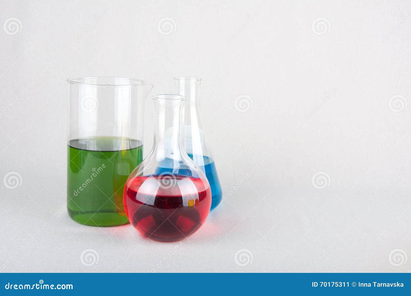 Laboratoriumflaskor med kulör flytande