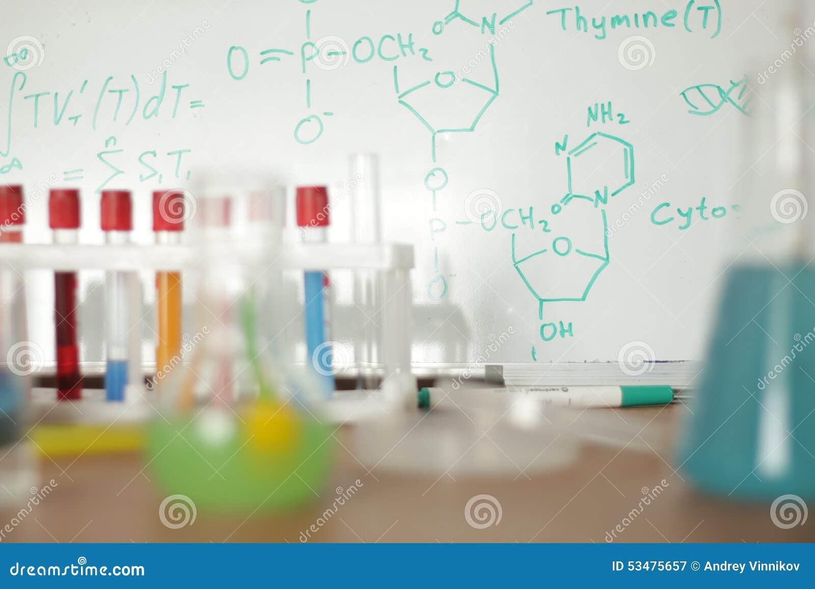 Laboratoriumglasföremål med färgrik flytande