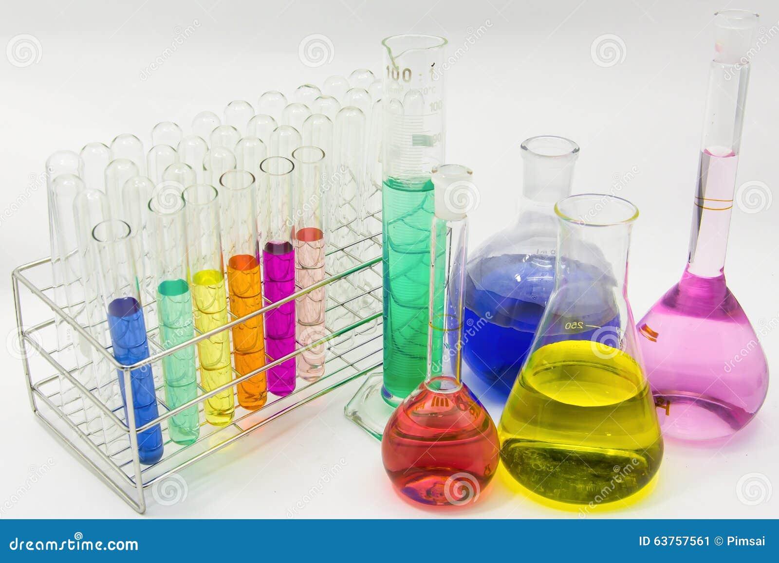 Laboratoriumglasföremål med färgrika lösningar jpg