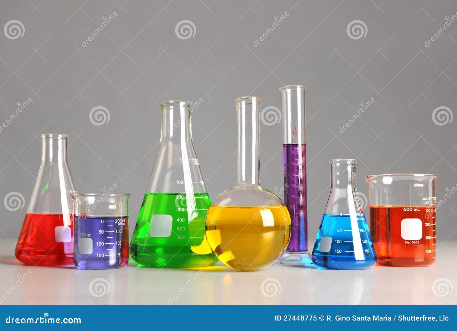 Laboratoriumglasföremål på tabellen