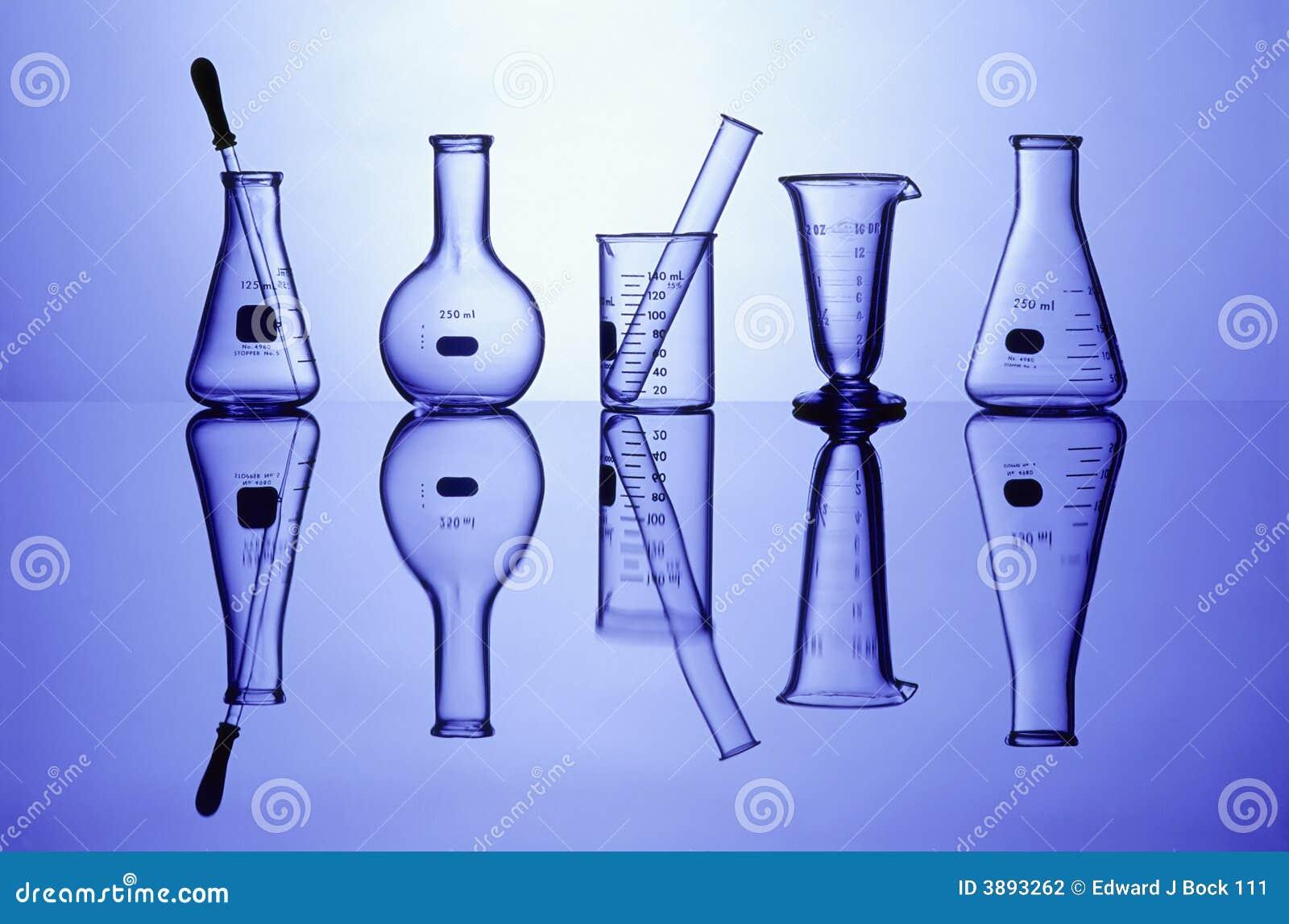 Laborglaswaren auf Blau