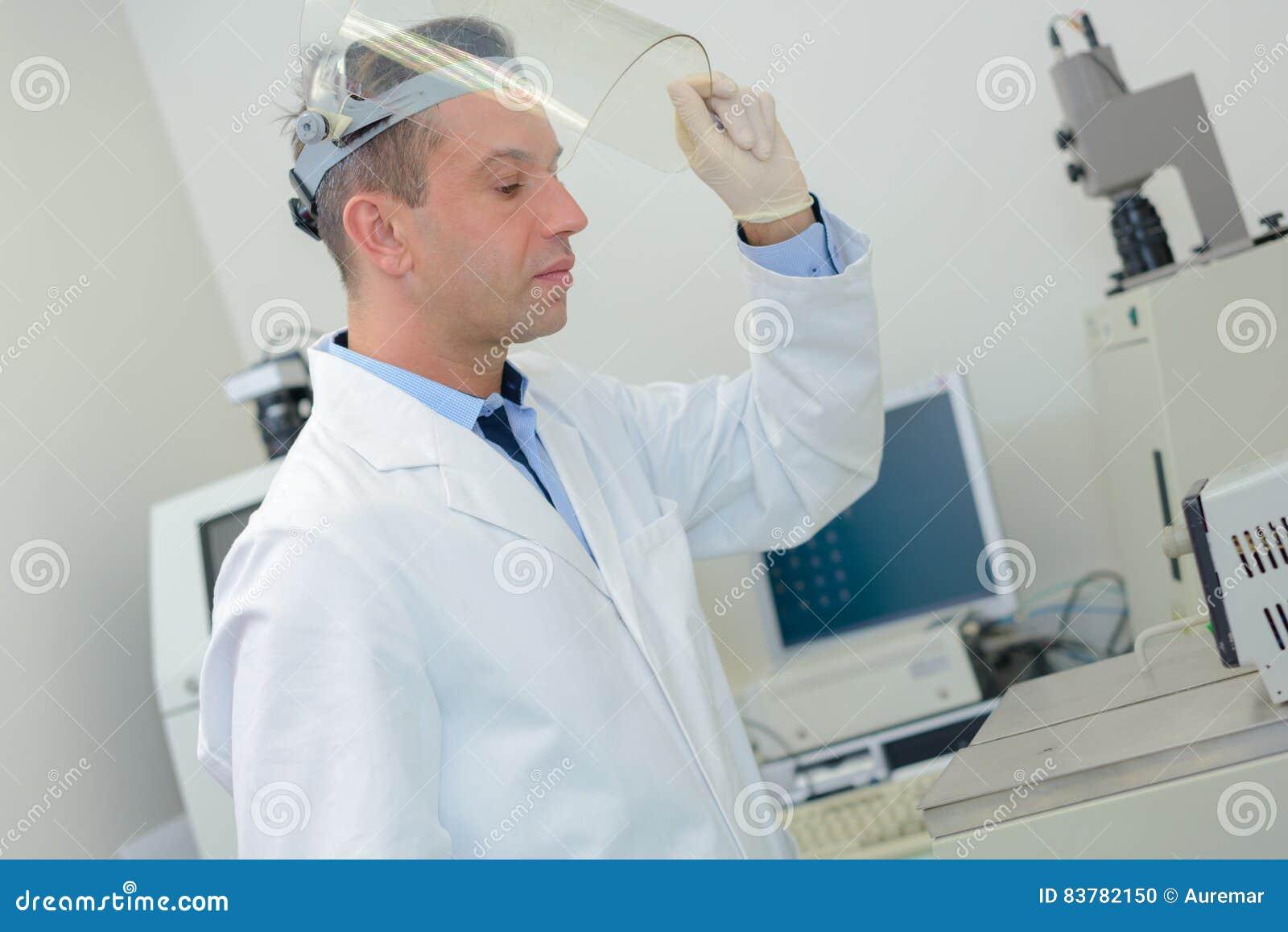 Labortechniker, der Maskenmaske anhebt