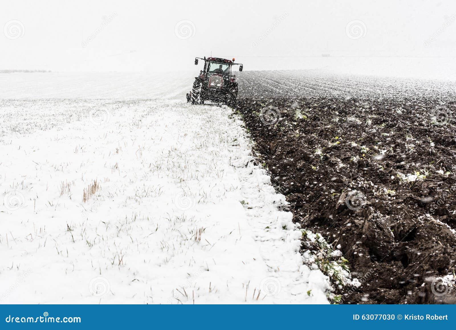 Download Labourage de tracteur photo stock. Image du saleté, métal - 63077030