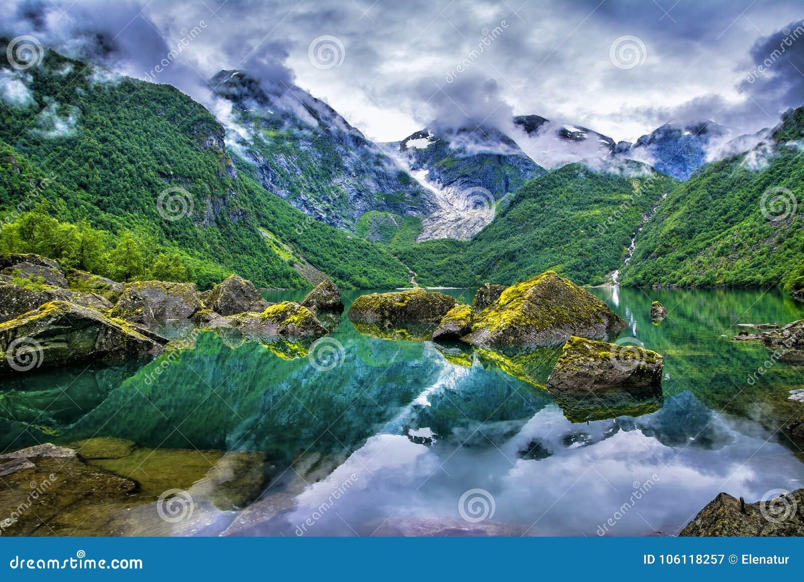 Lac étonnant sur un fond des montagnes et du glacier norway B