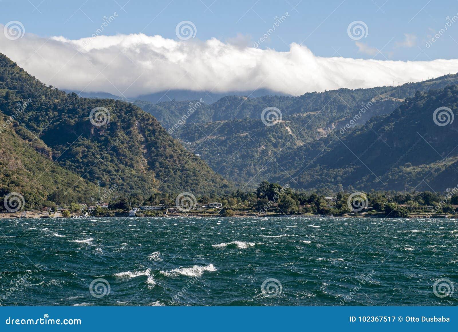 Lac Atitlan avec la sierra montagnes de Madre
