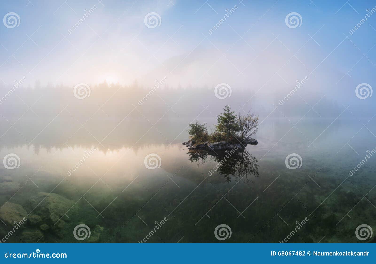 Lac avec des arbres avec le soleil entre les montagnes l eau cristal claire Hintersee dans les alpes bavaroises