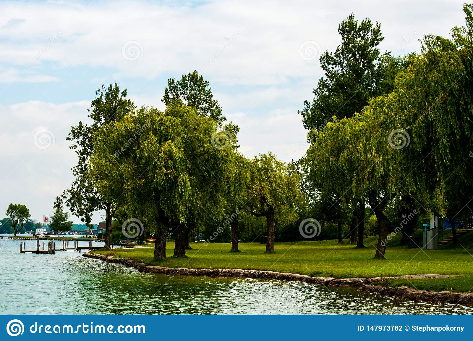 Lac avec des arbres en Autriche
