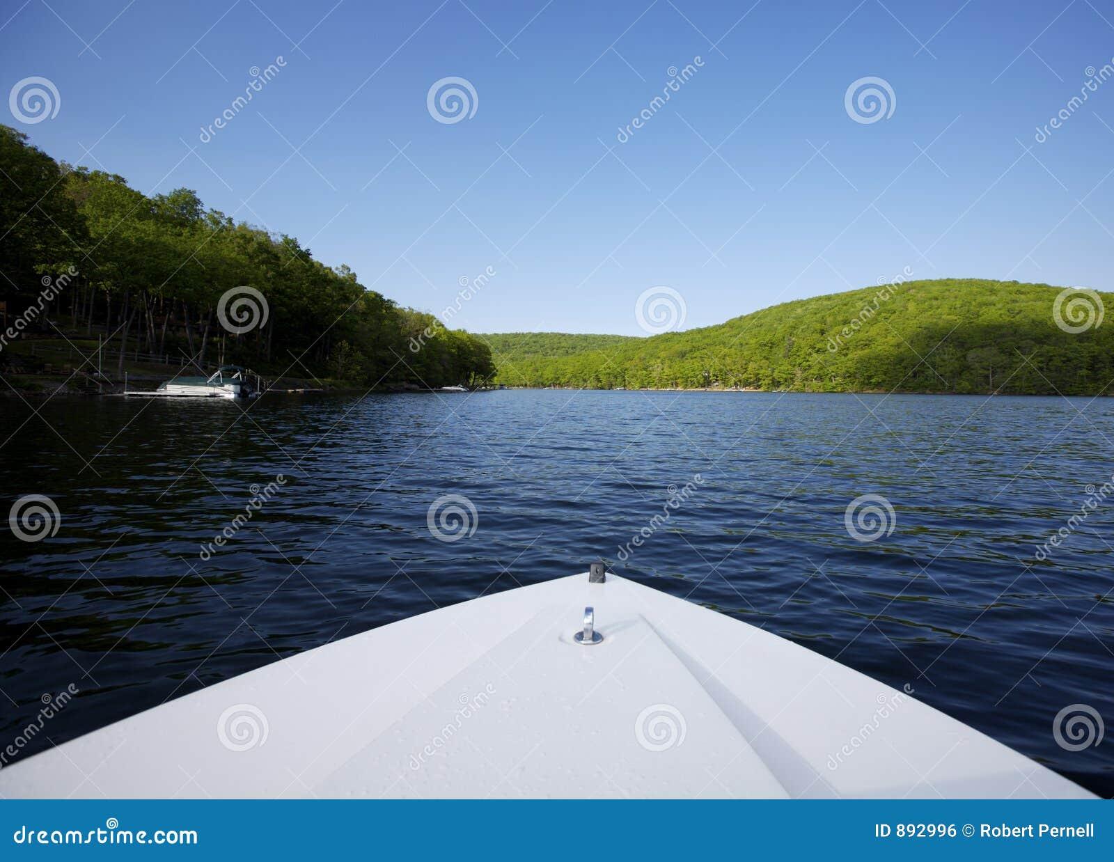 Lac avec la proue de bateau dans le plan