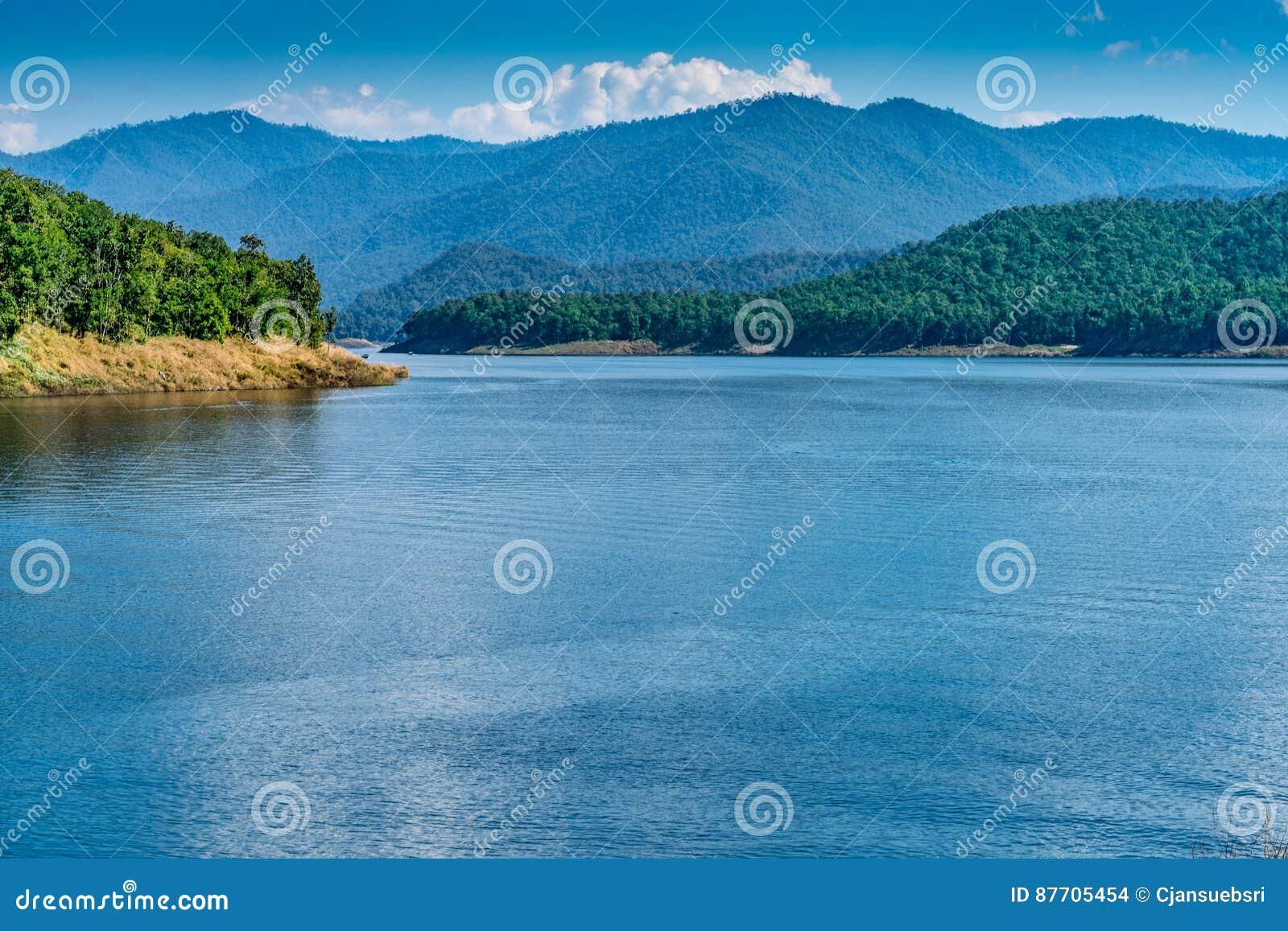 Lac avec le fond de montagne et de ciel bleu