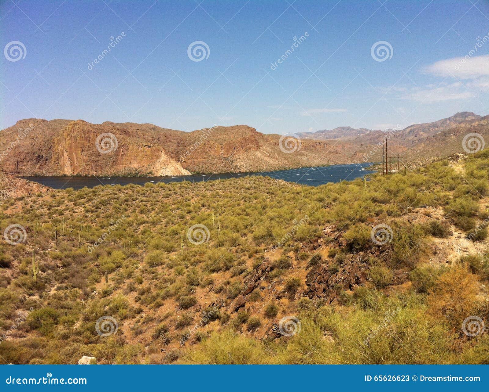 Lac blue de paysage de montagne