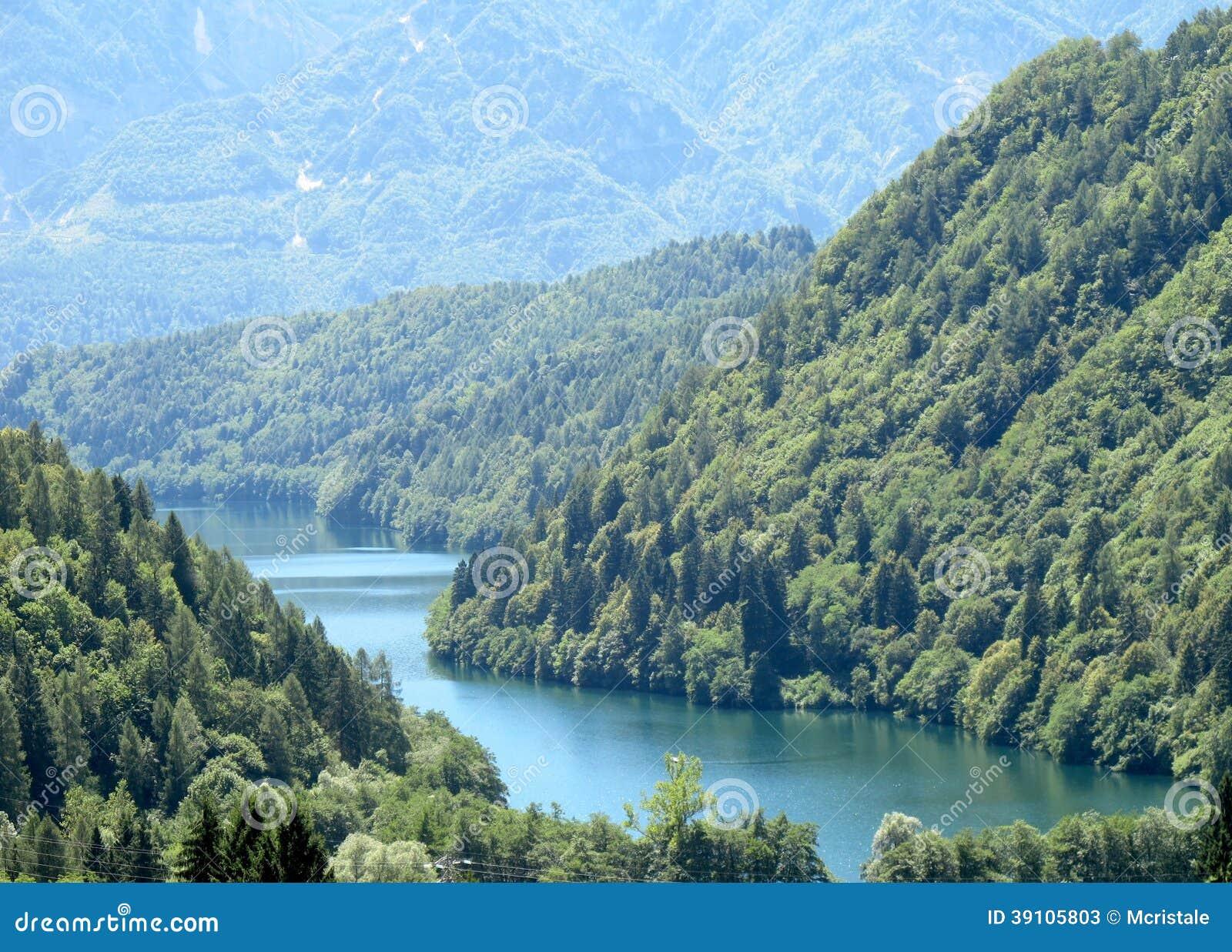 Lac caldonazzo dans trentino image stock image du for Dans italien