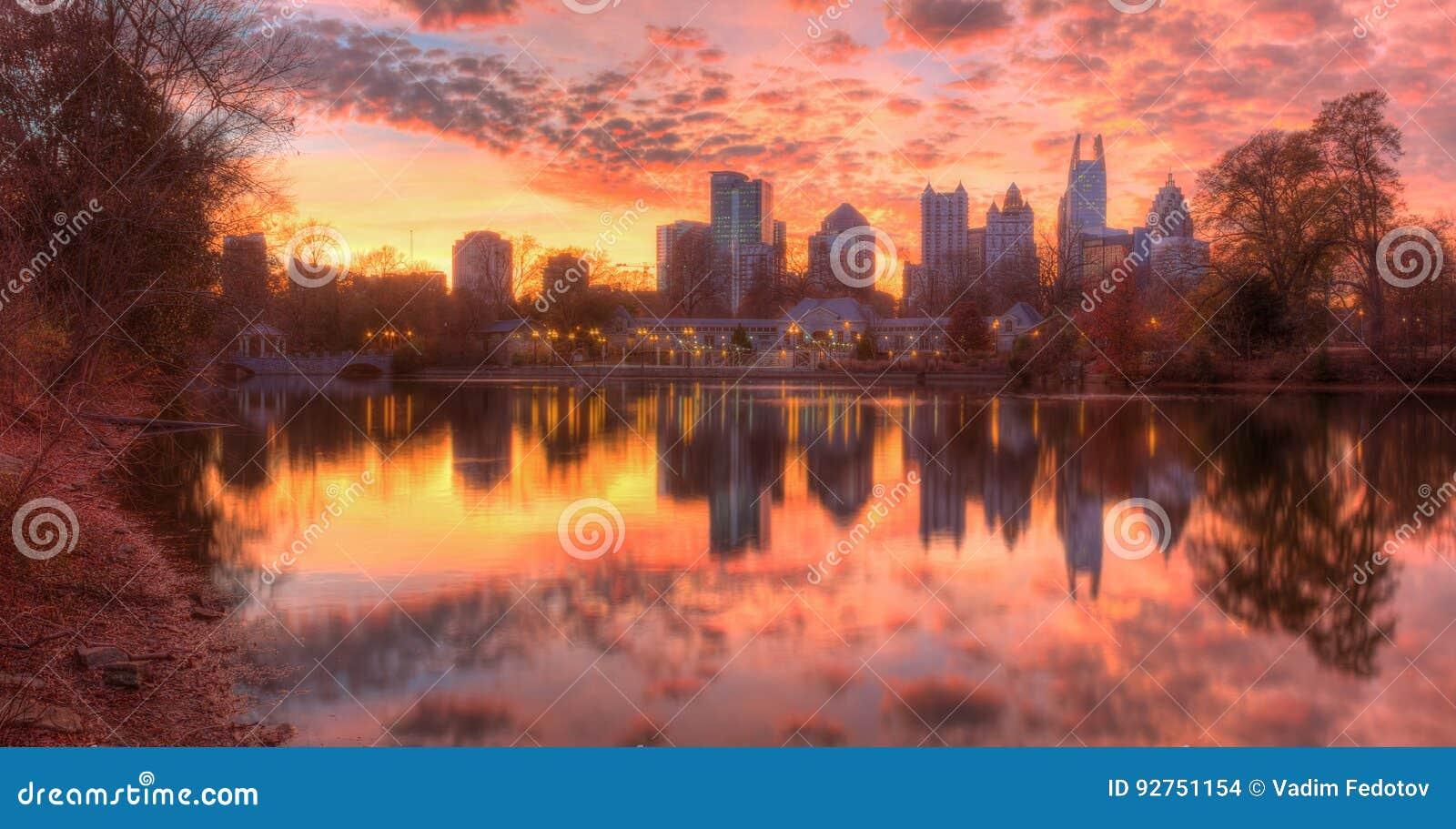 Lac Clara Meer et Midtown Atlanta au crépuscule, Etats-Unis
