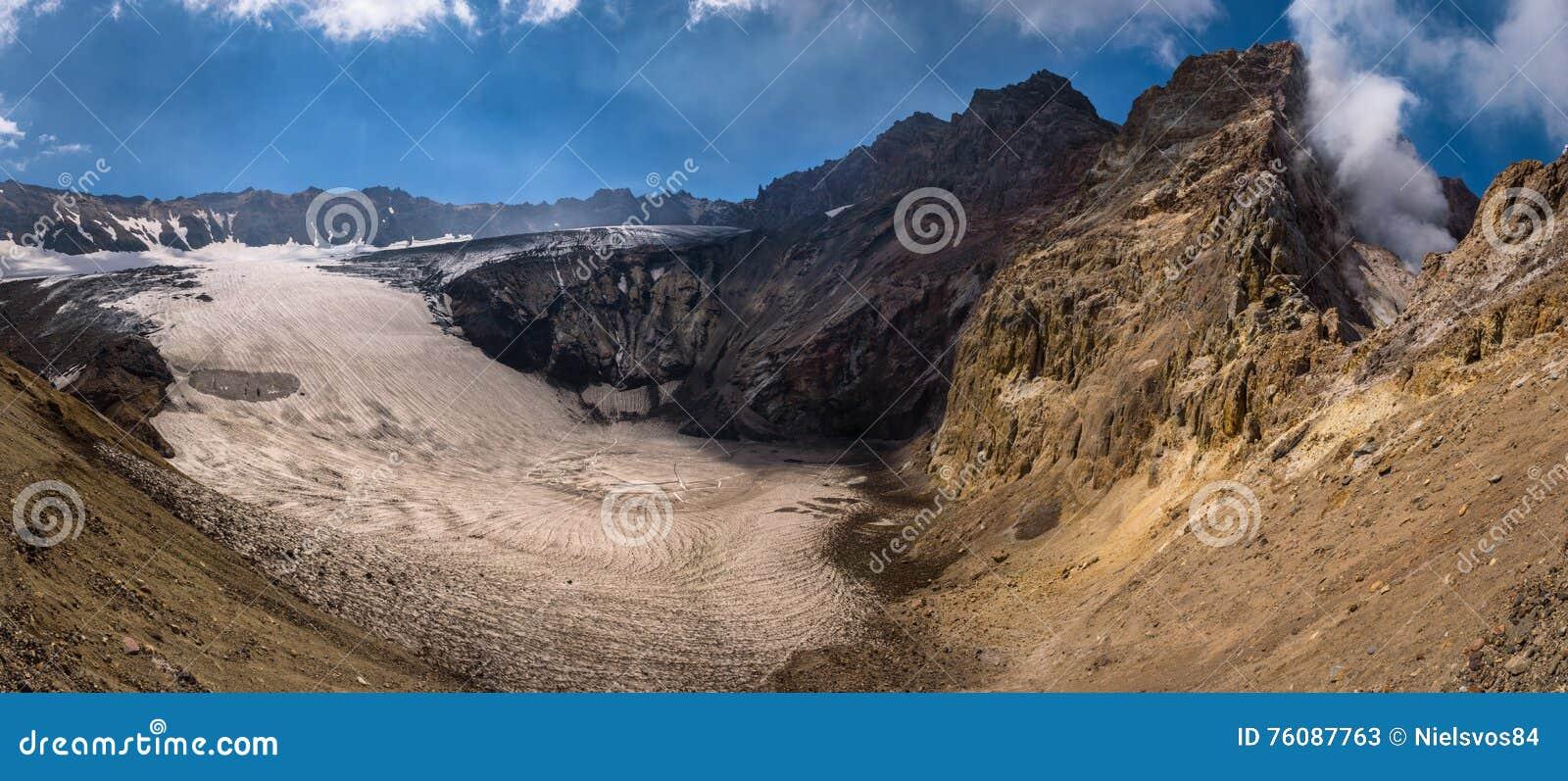 Lac congelé de cratère à l intérieur de volcan de Mutnovsky