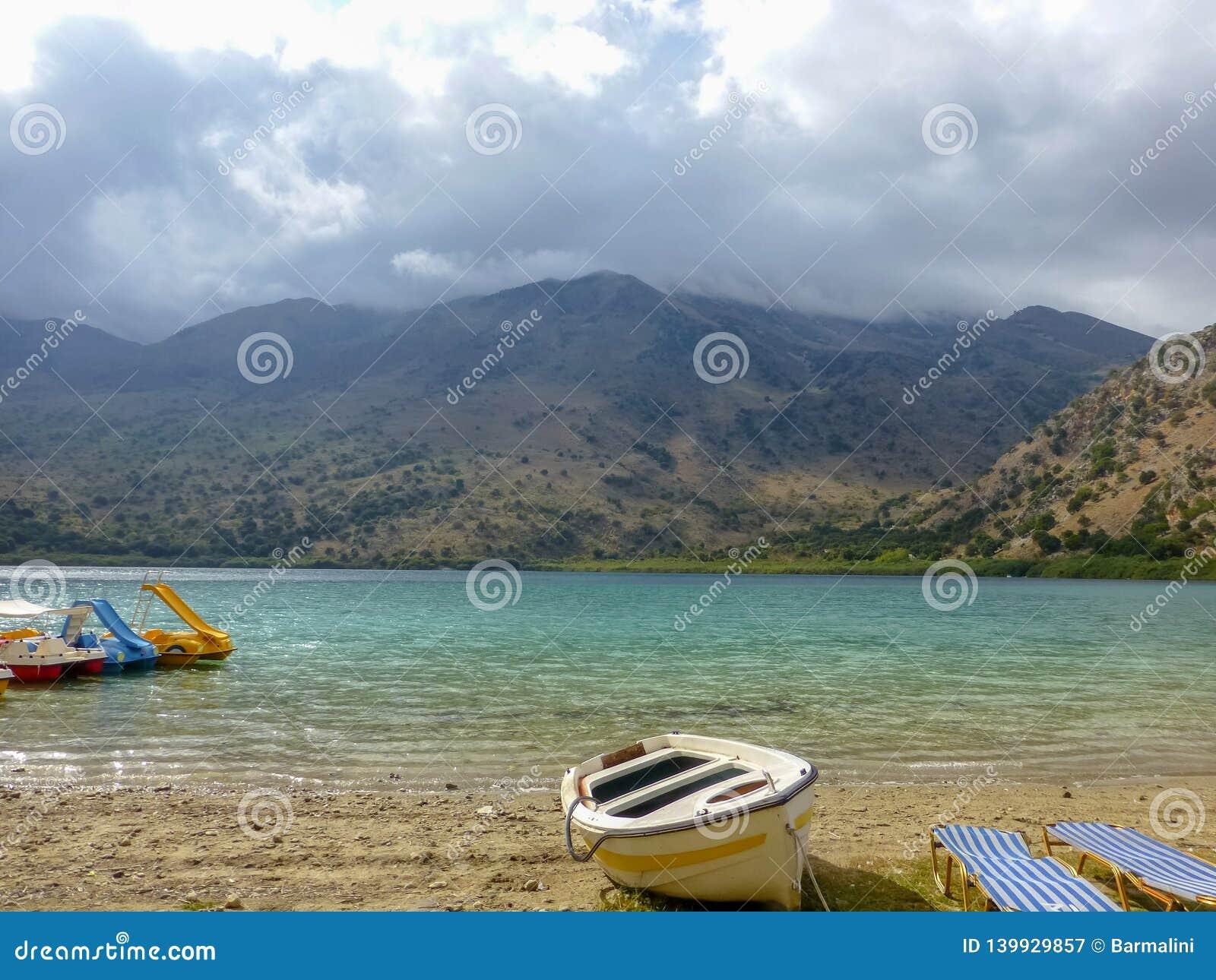 Lac d eau douce Kournas avec l équipement de récréation en Crète, Grèce