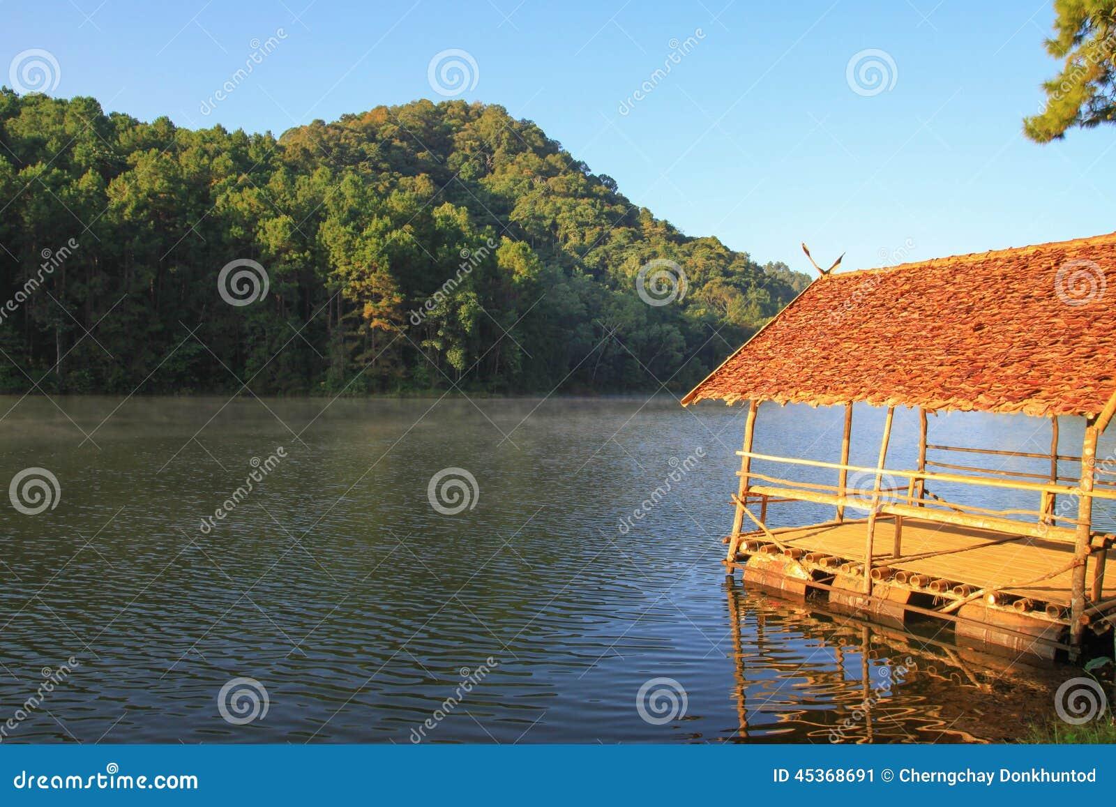 Lac de forêt de Pang Ung Beautiful pendant le matin Mae Hong Son Thailand
