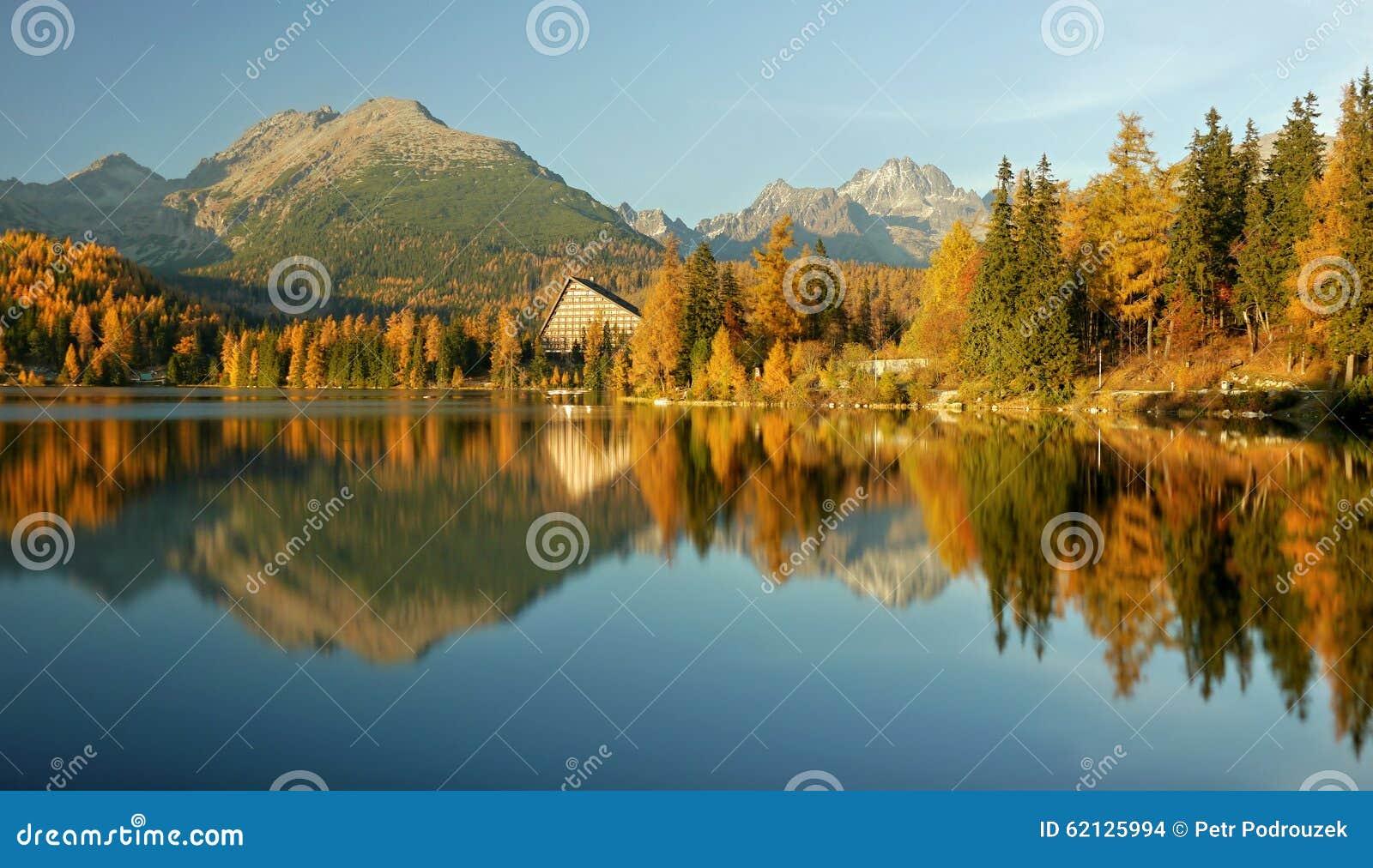 Lac de montagne coloré par automne - haut Tatras
