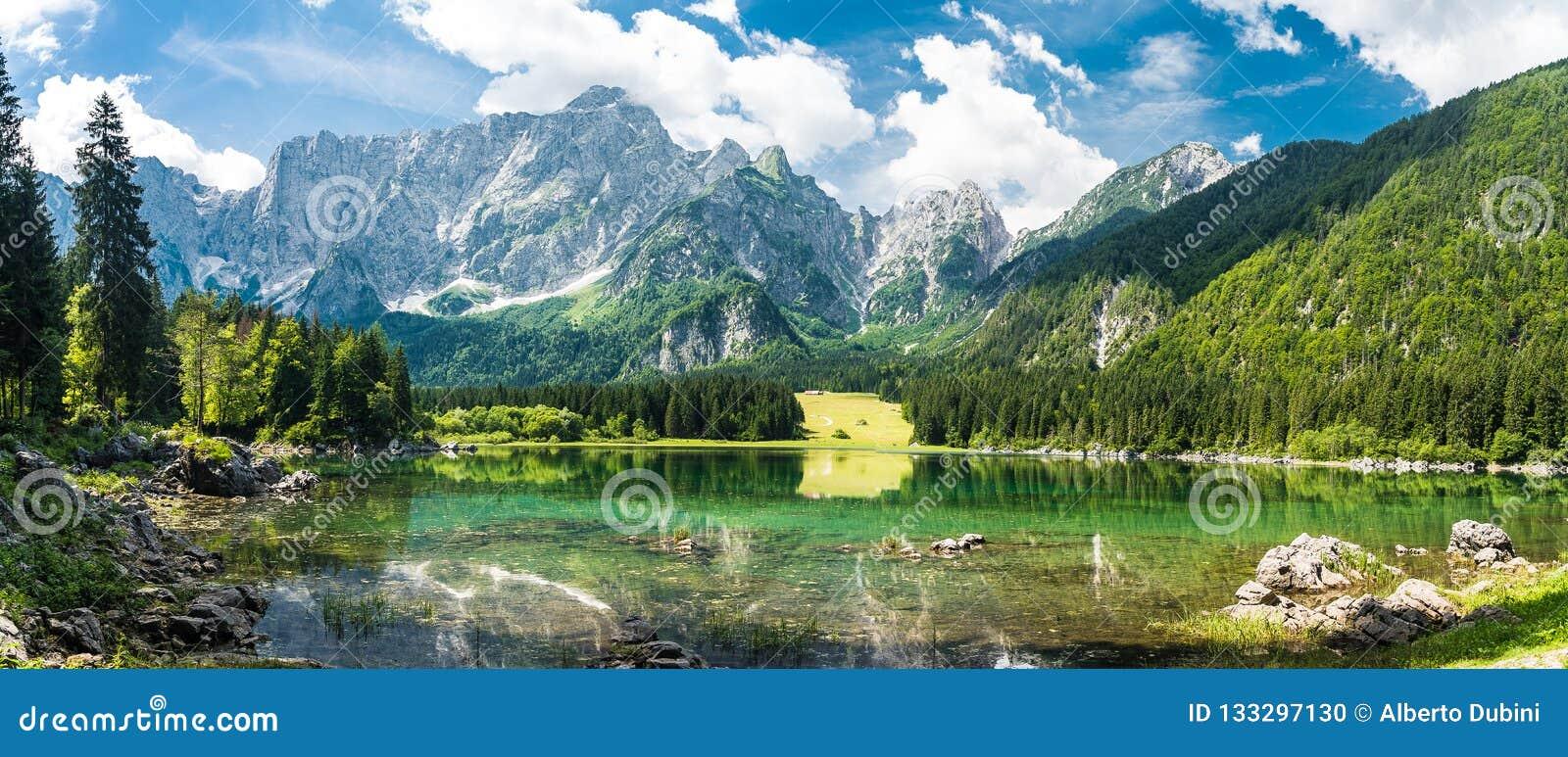 Lac de montagne d été