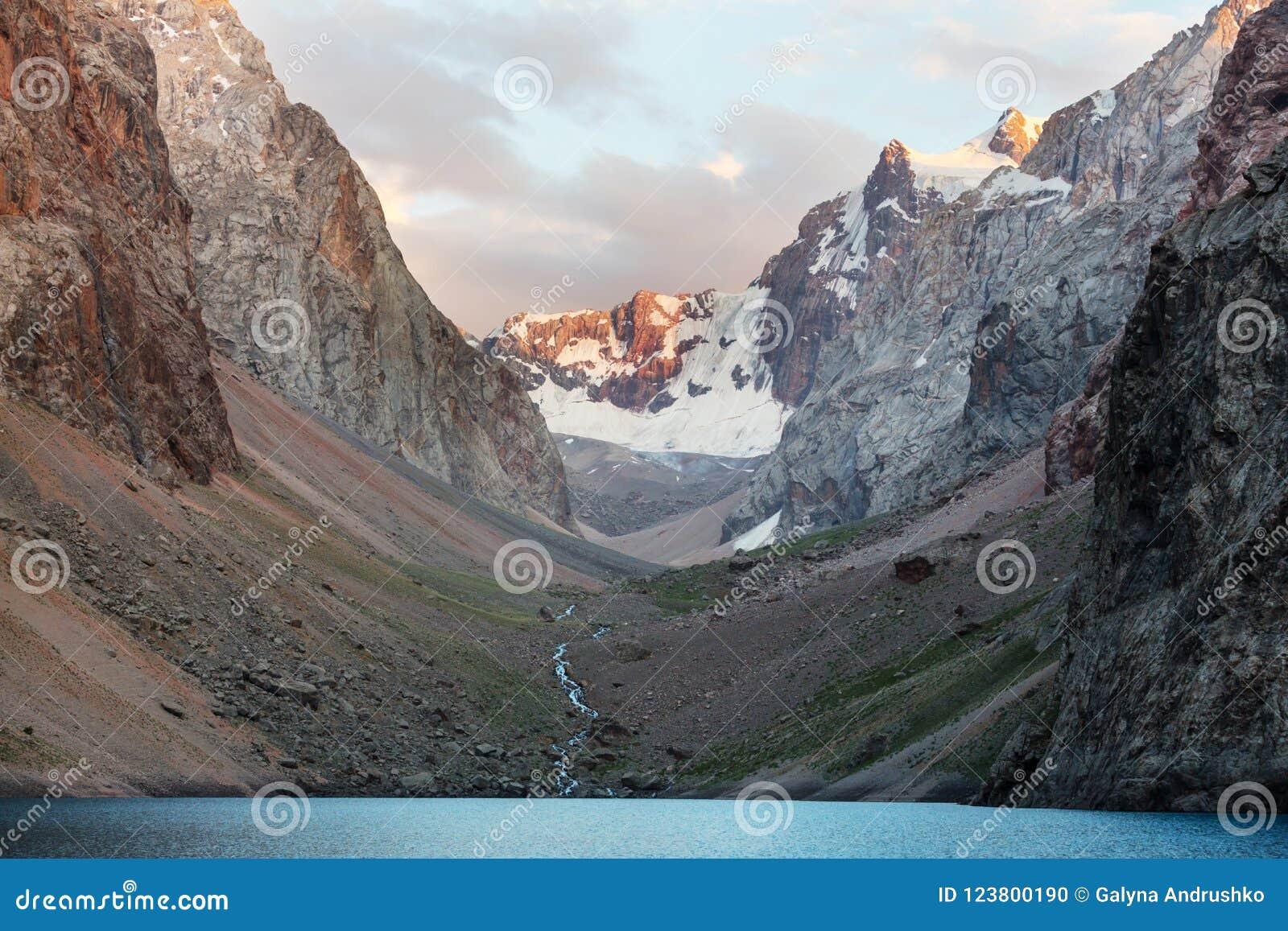 Lac de montagnes de Fann