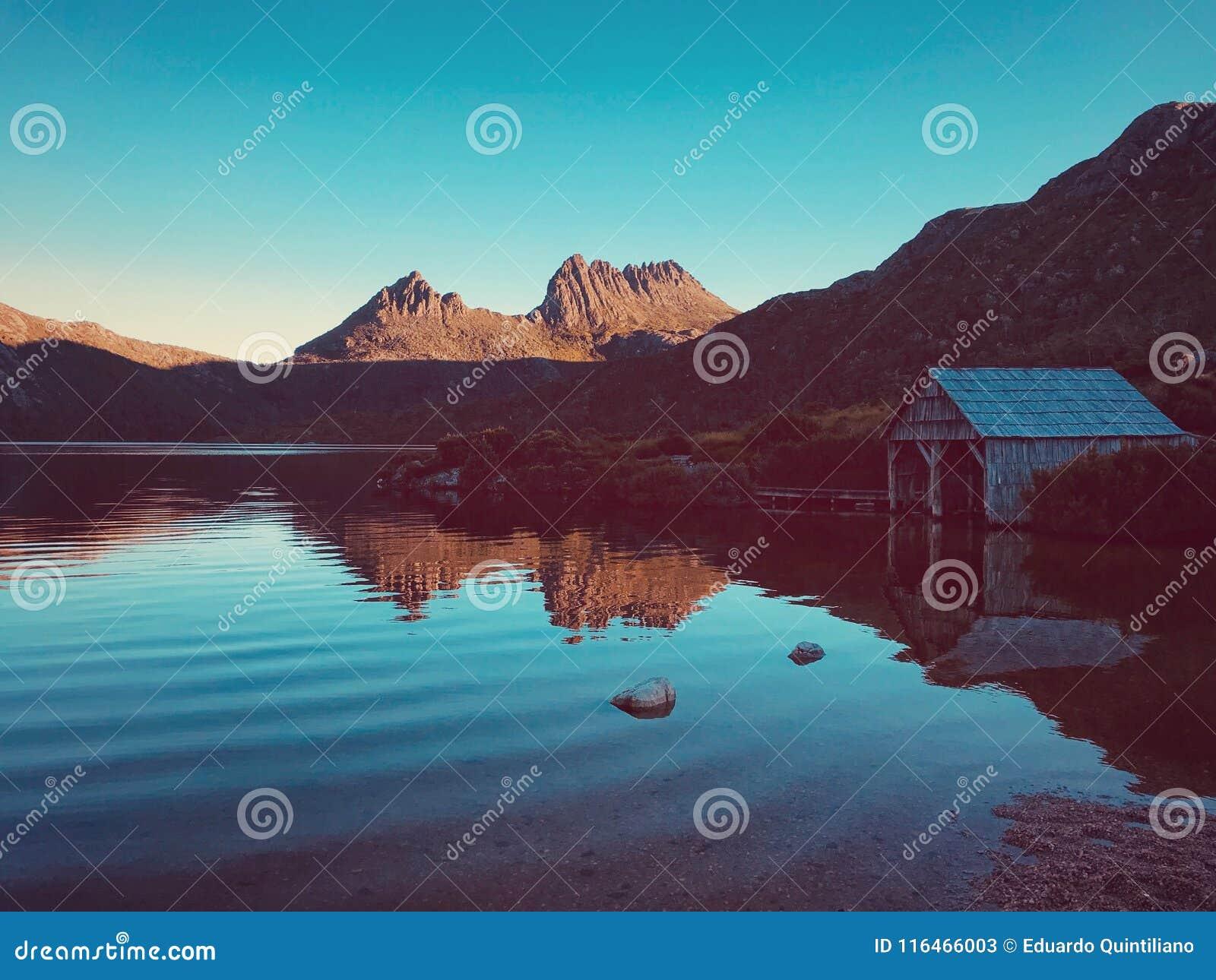 Lac dove de stupéfaction et montagne de berceau
