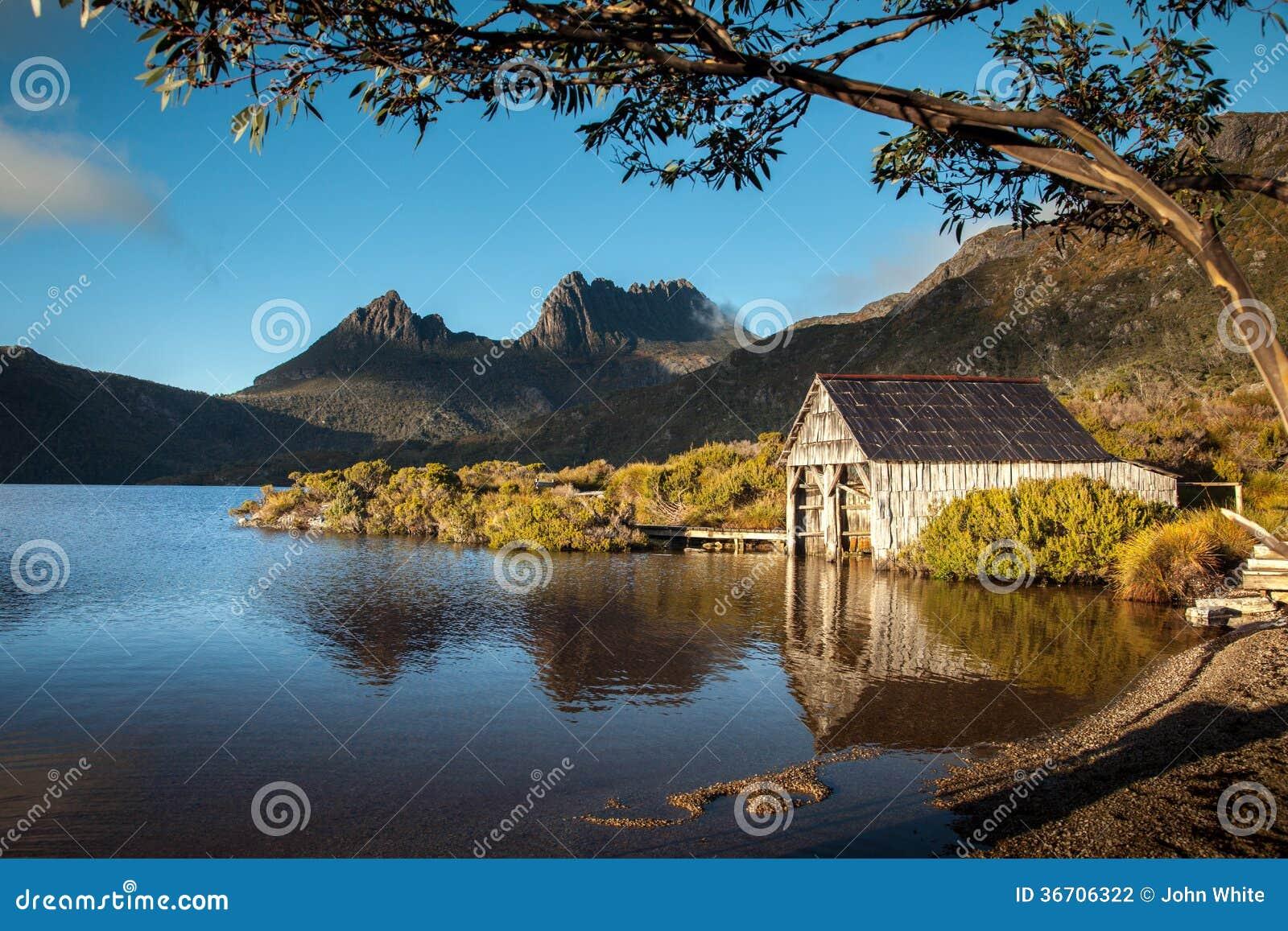 Lac dove. Montagne de berceau. La Tasmanie. Australie.