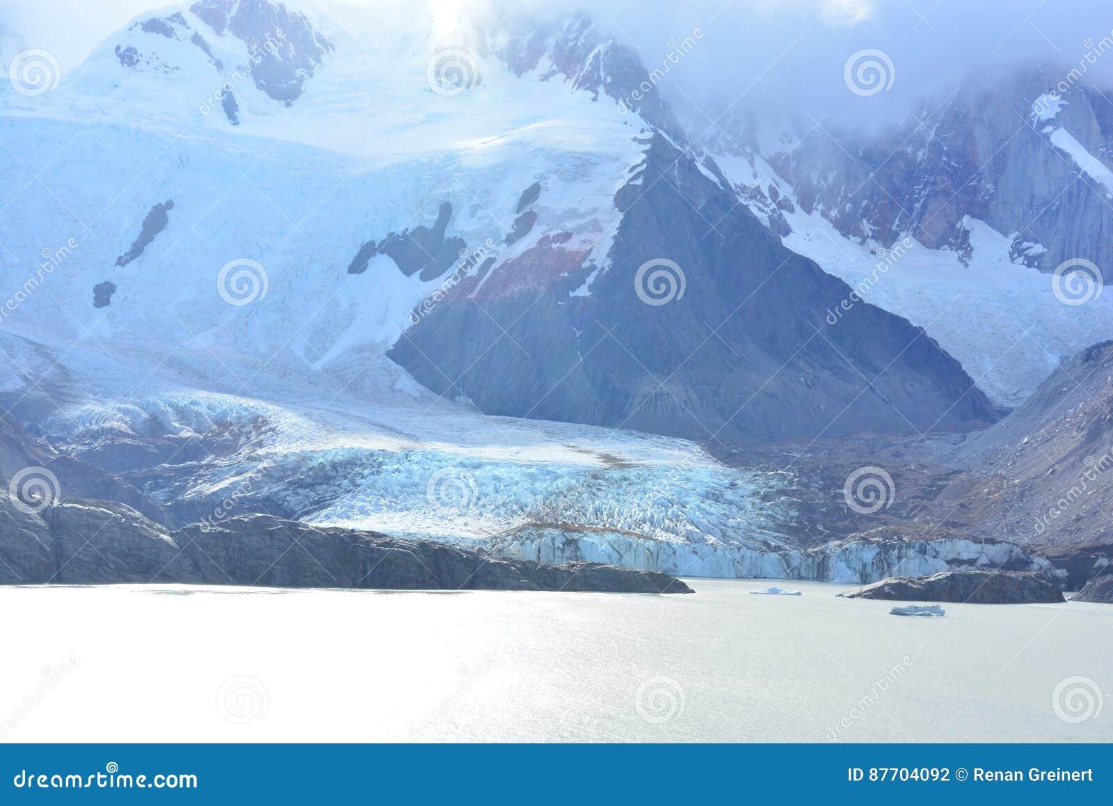 Lac et le glacier de Piedras Blancas, en parc national de visibilité directe Glaciares, EL Chaltén, Argentine