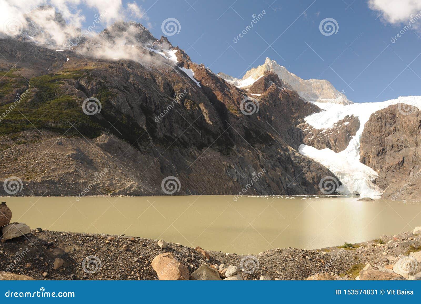 Lac et montagnes renversantes de glacier dans le Patagonia Parc national de Torres del Paine, Patagonia, Chili le paysage de mont
