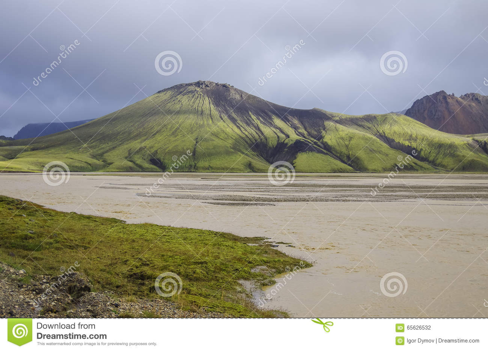 Lac et montagnes volcaniques couvertes de mousse Landmannalaugar Icela