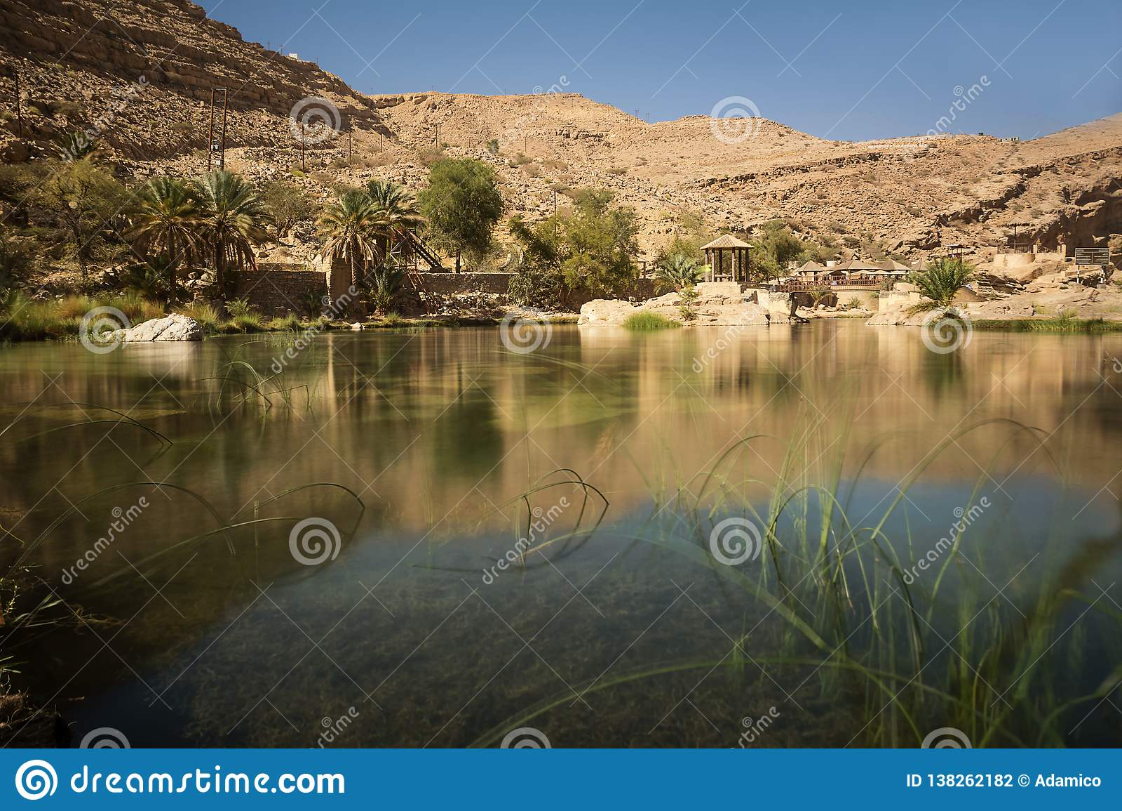 Lac et oasis stupéfiants avec des palmiers Wadi Bani Khalid dans le désert omanais