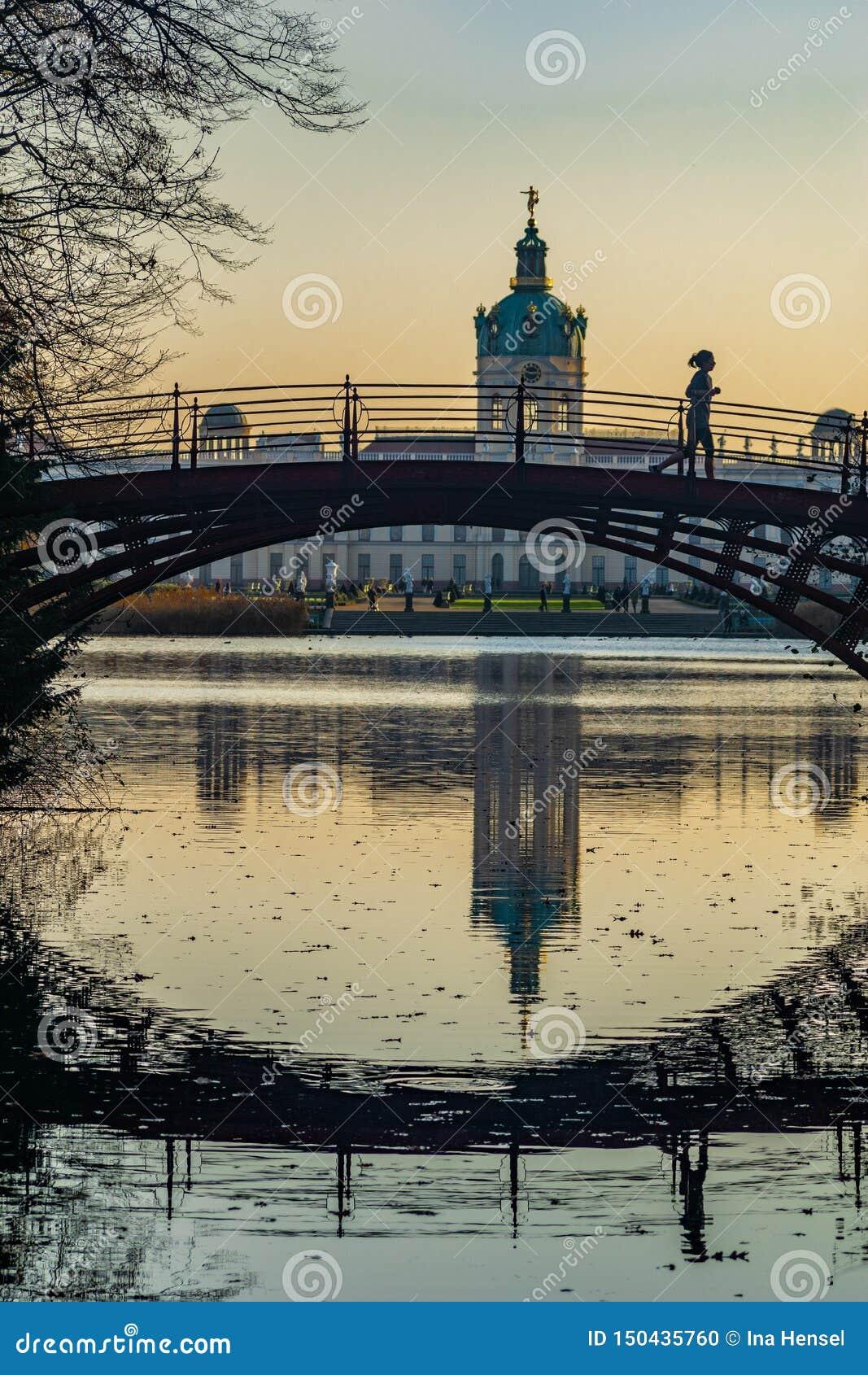 Lac et pont de château Charlottenburg à Berlin