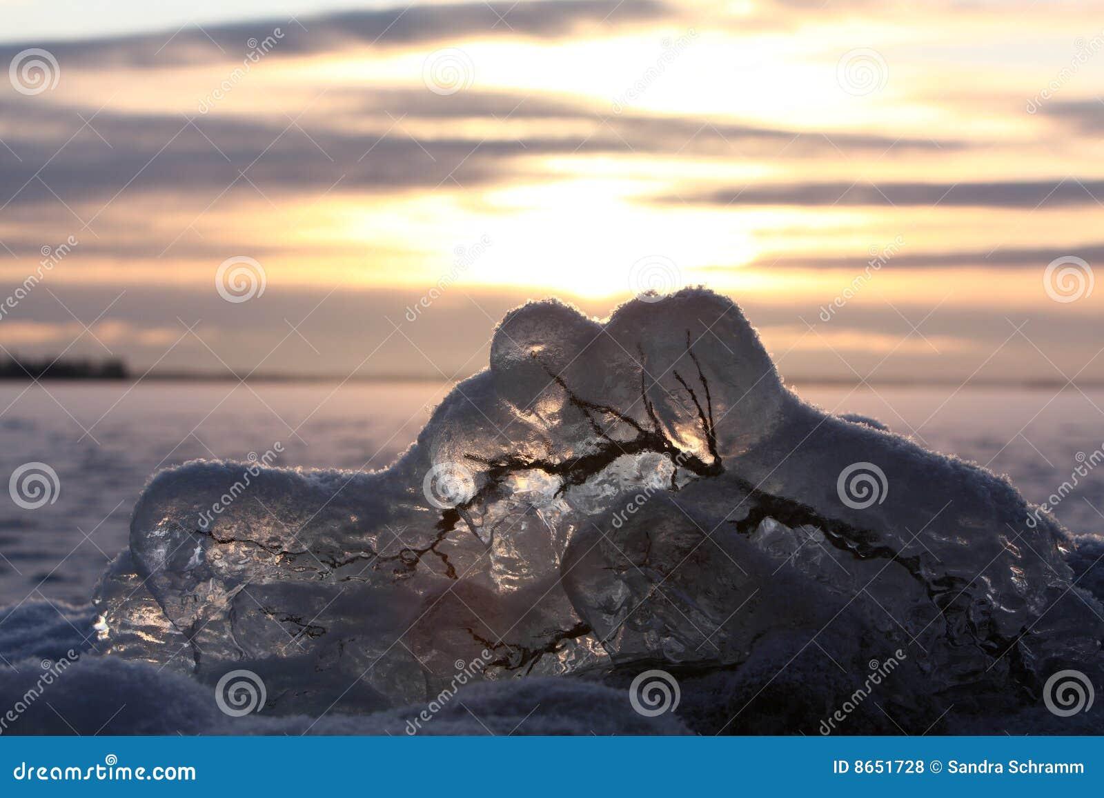 Lac figé au-dessus de coucher du soleil