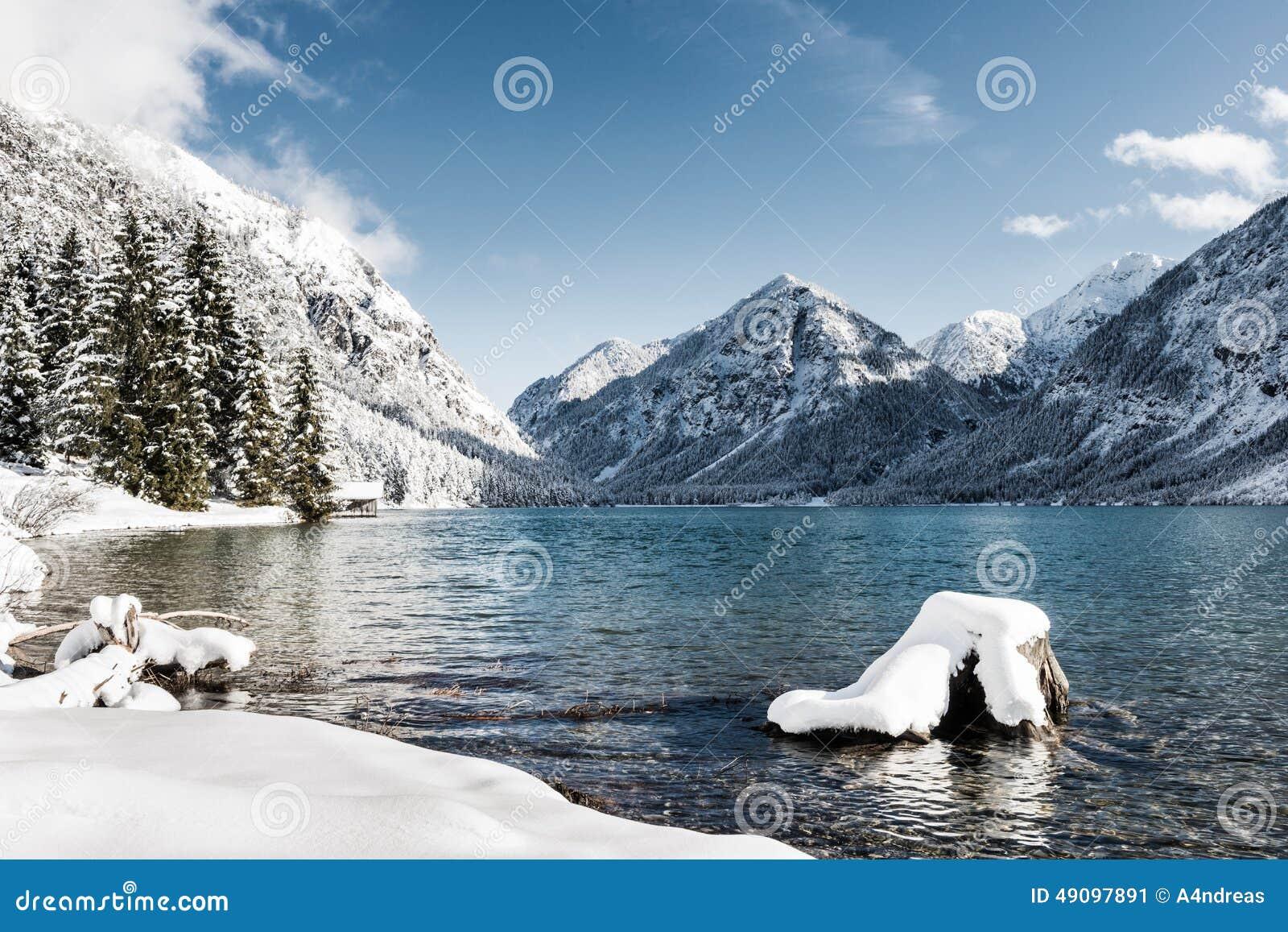 lac froid idyllique au paysage de montagne de neige image stock image du horizontal ext rieur. Black Bedroom Furniture Sets. Home Design Ideas