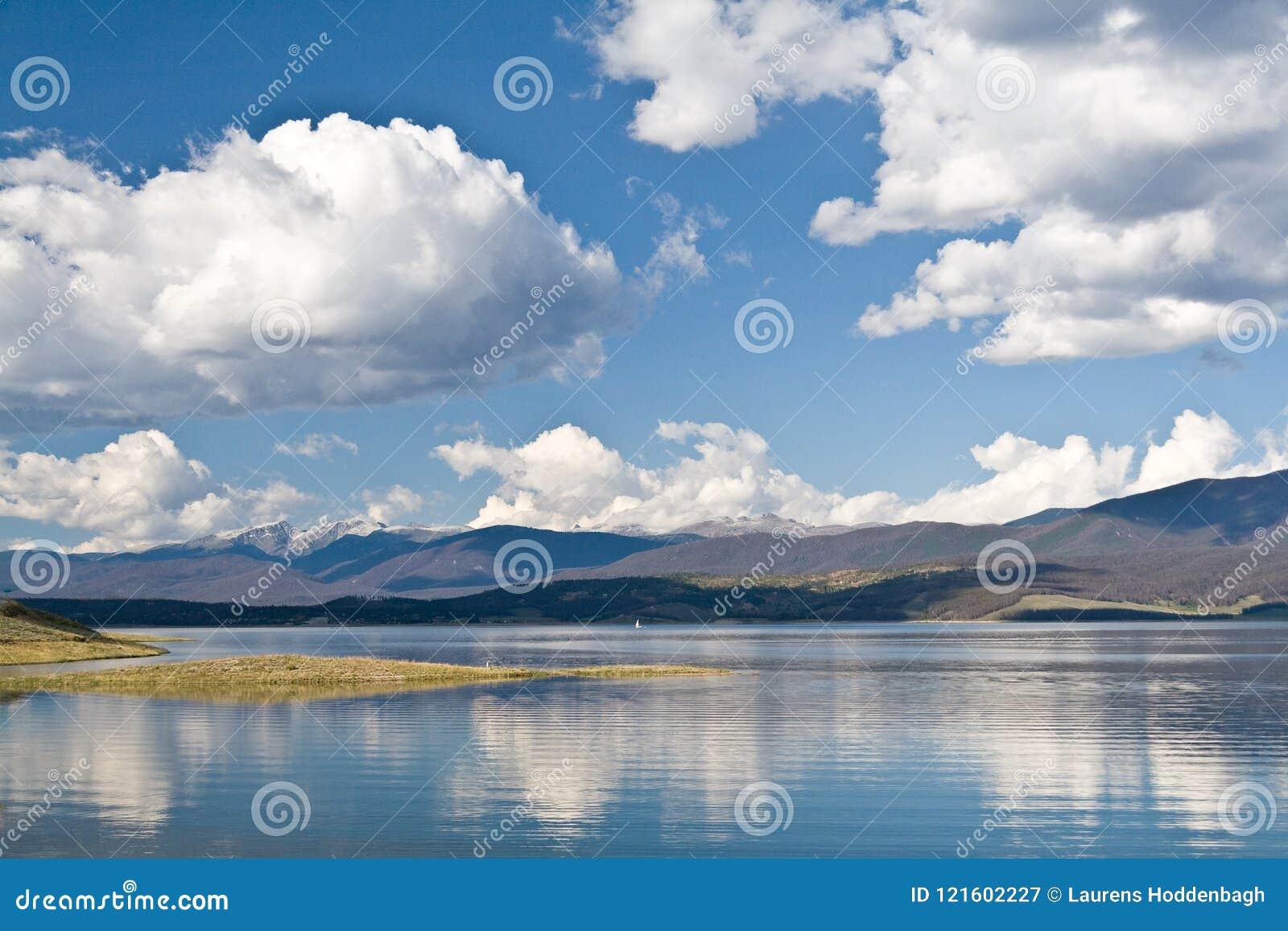 Lac Granby avec les nuages blancs gentils dans un ciel bleu, le Colorado, Etats-Unis