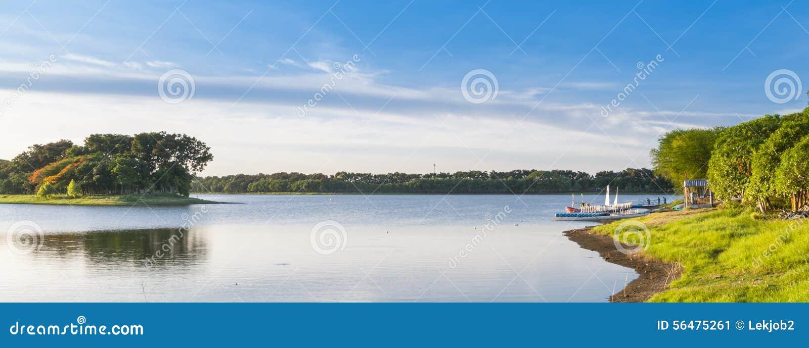 Lac le jour ensoleillé