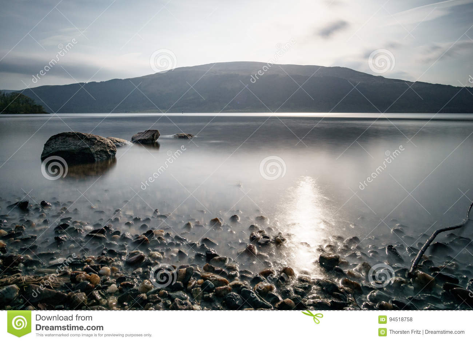 Lac lisse avec des roches