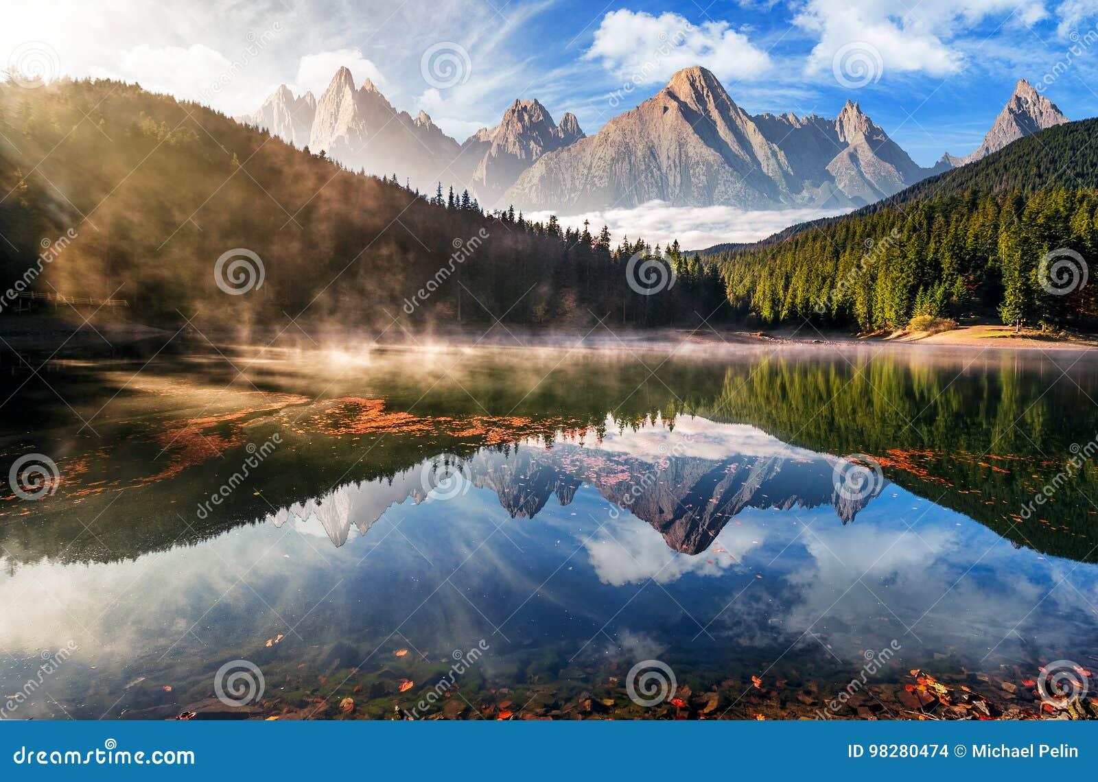 Lac magnifique de montagne en brouillard d automne
