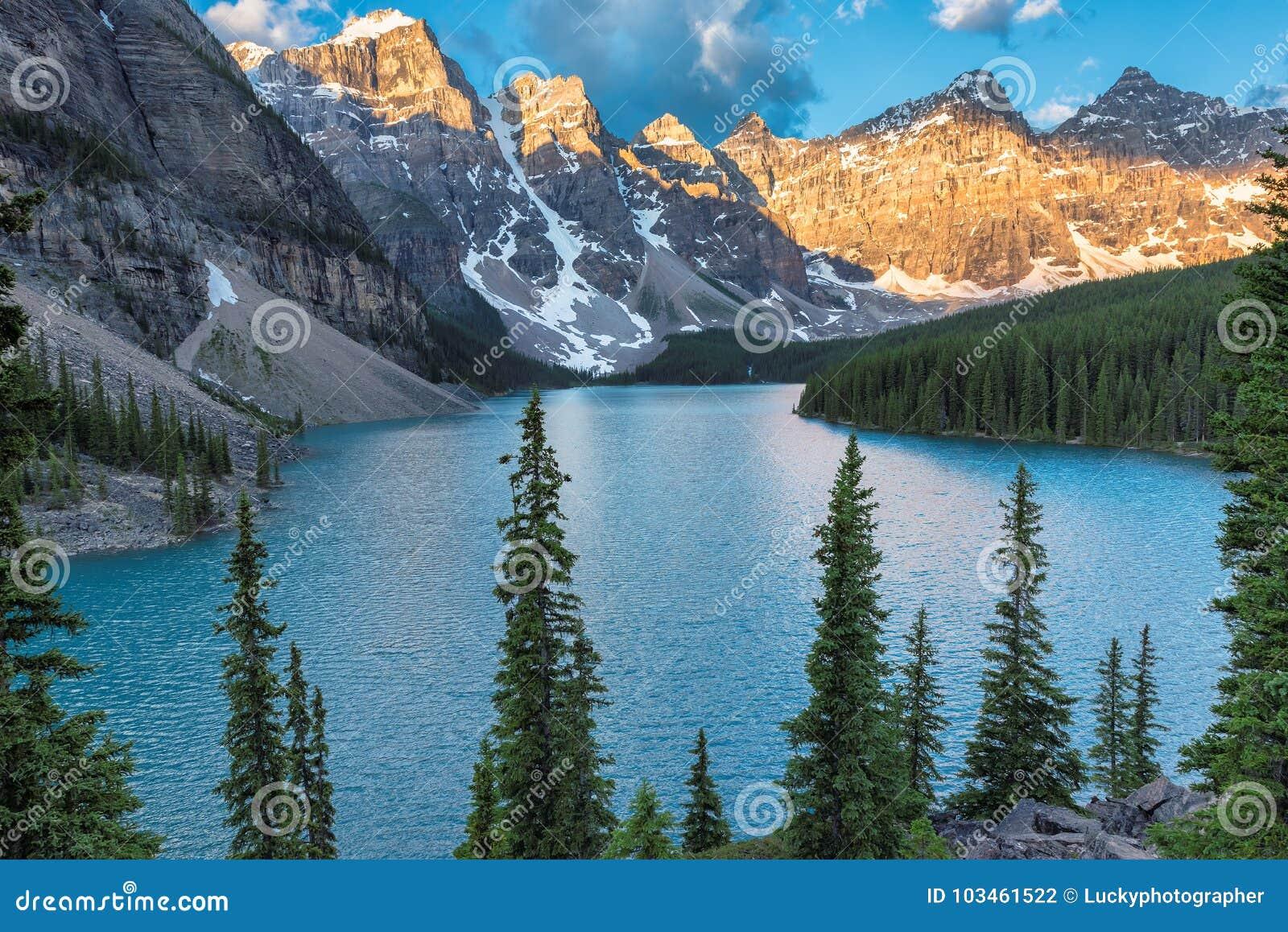 Lac moraine en stationnement national de Banff, Canada