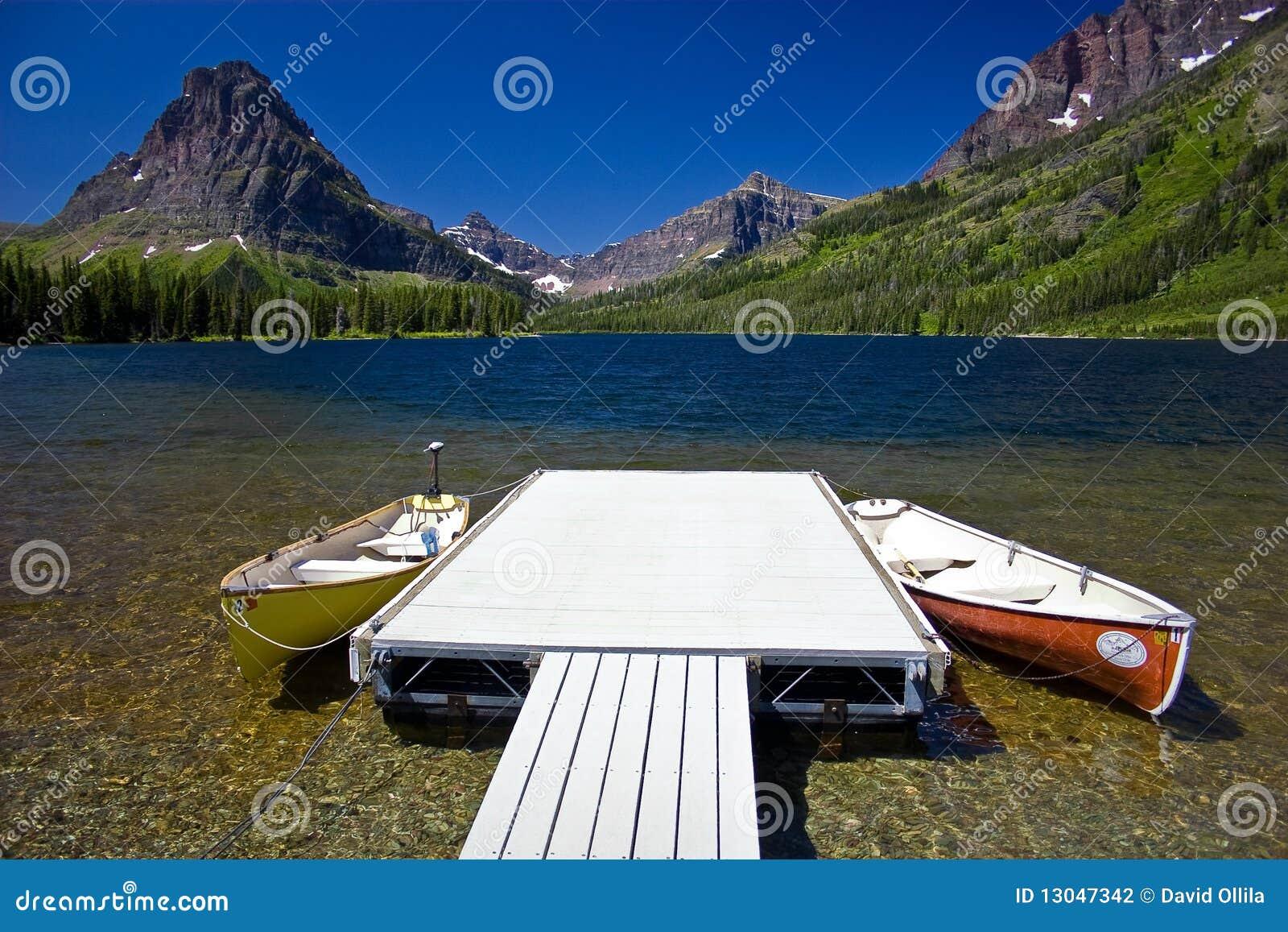 Lac mountain avec les canoës et le dock