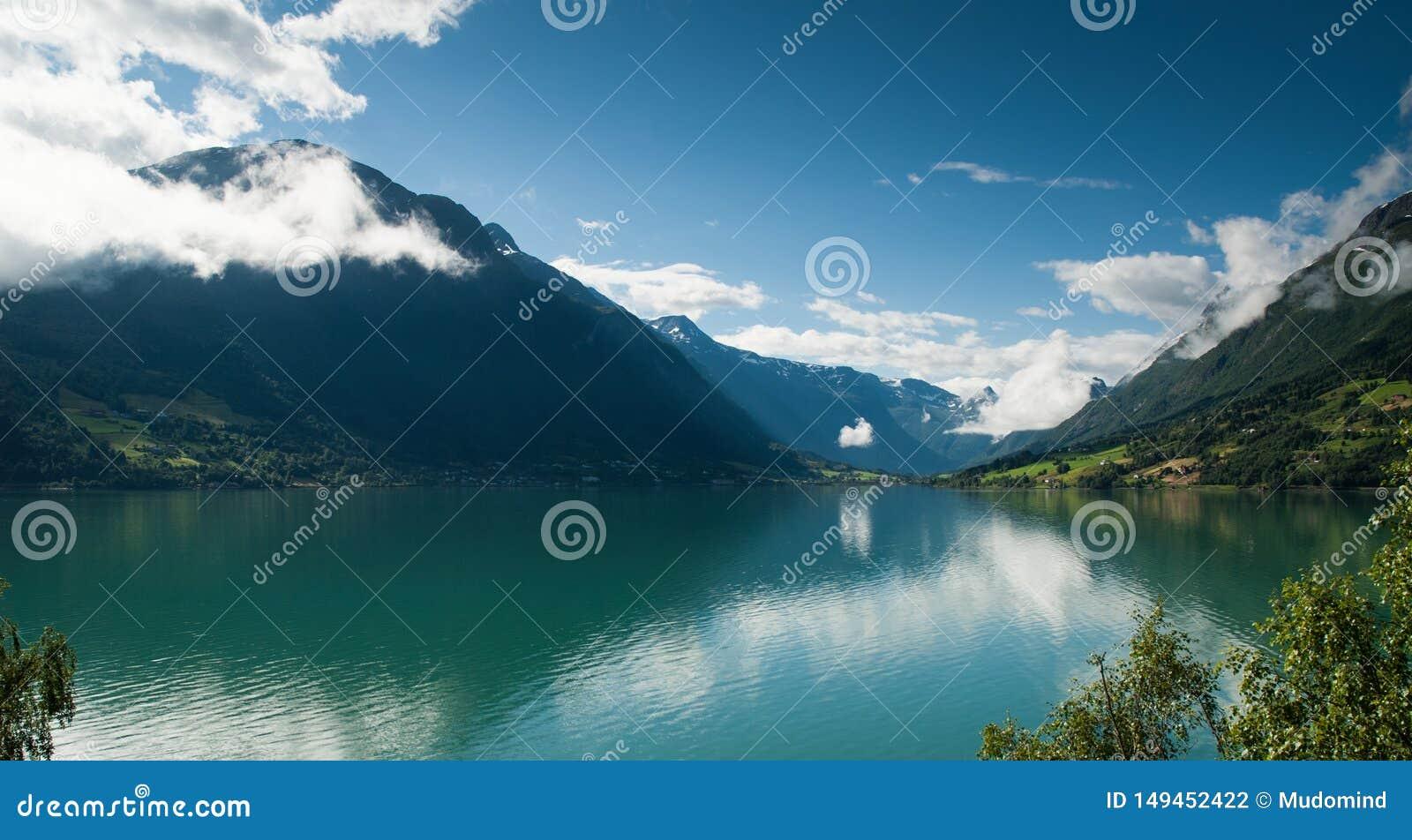 Lac norv?gien de montagne avec les nuages renversants