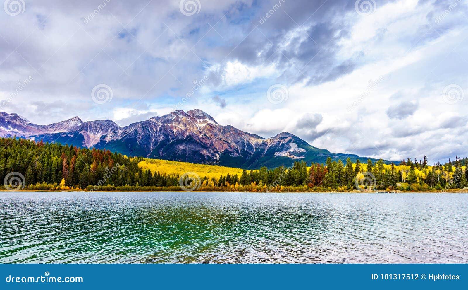 Lac pyramid et montagne de pyramide près de la ville du jaspe en Jasper National Park dans les Rocheuses canadiennes