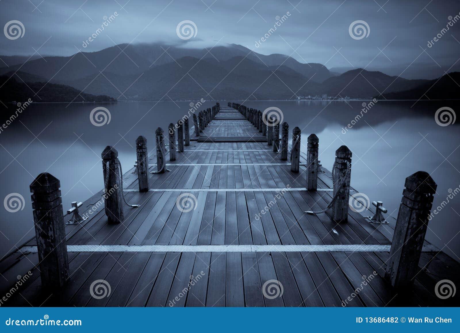 Lac sans fin de brouillard