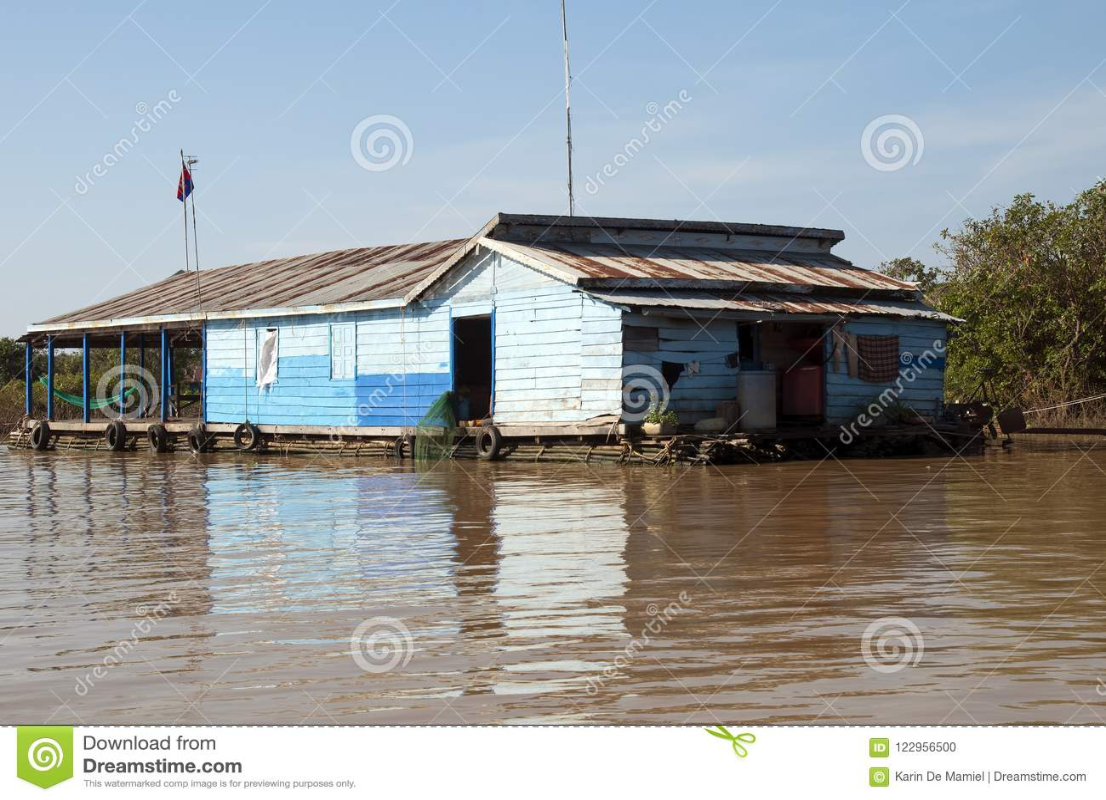 Lac sap de Tonle, bateau-maison traditionnel sur le tributaire