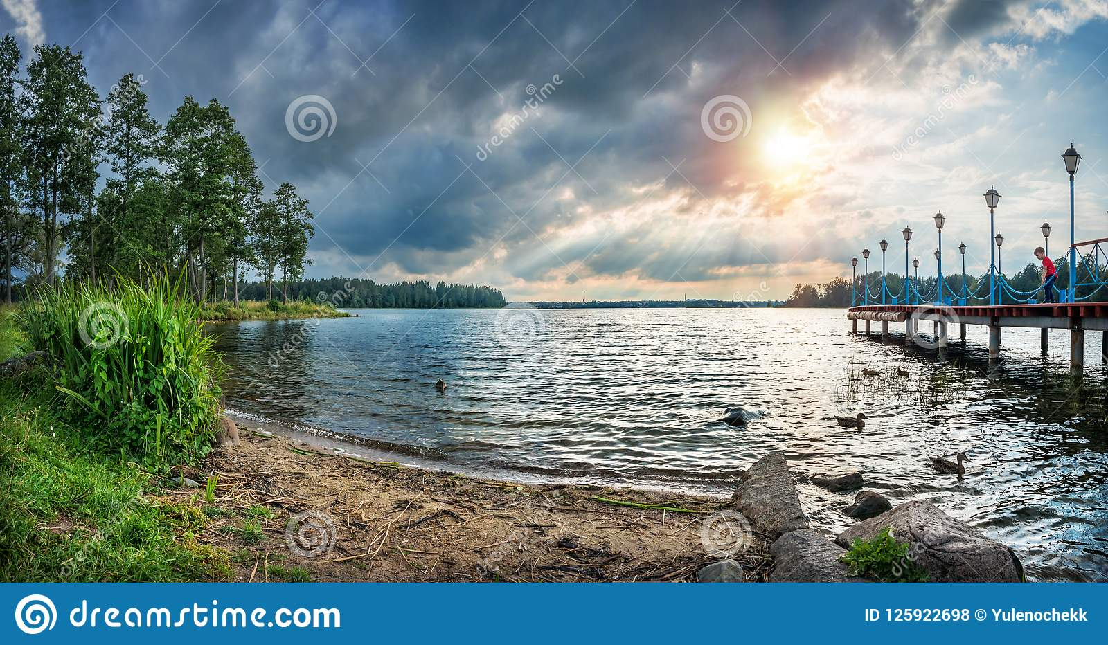 Lac Valdai dans les rayons de l arrangement du soleil