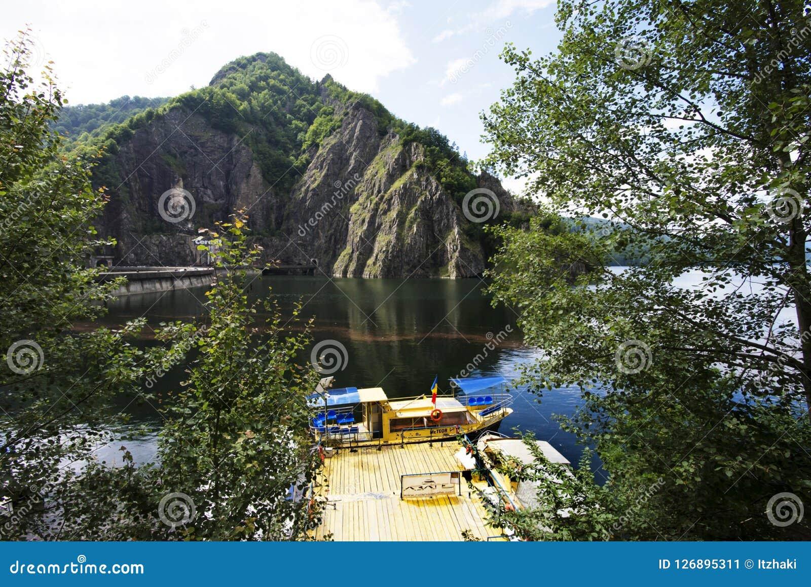 Lac Vidraru sur le barrage en montagnes carpathiennes, Roumanie